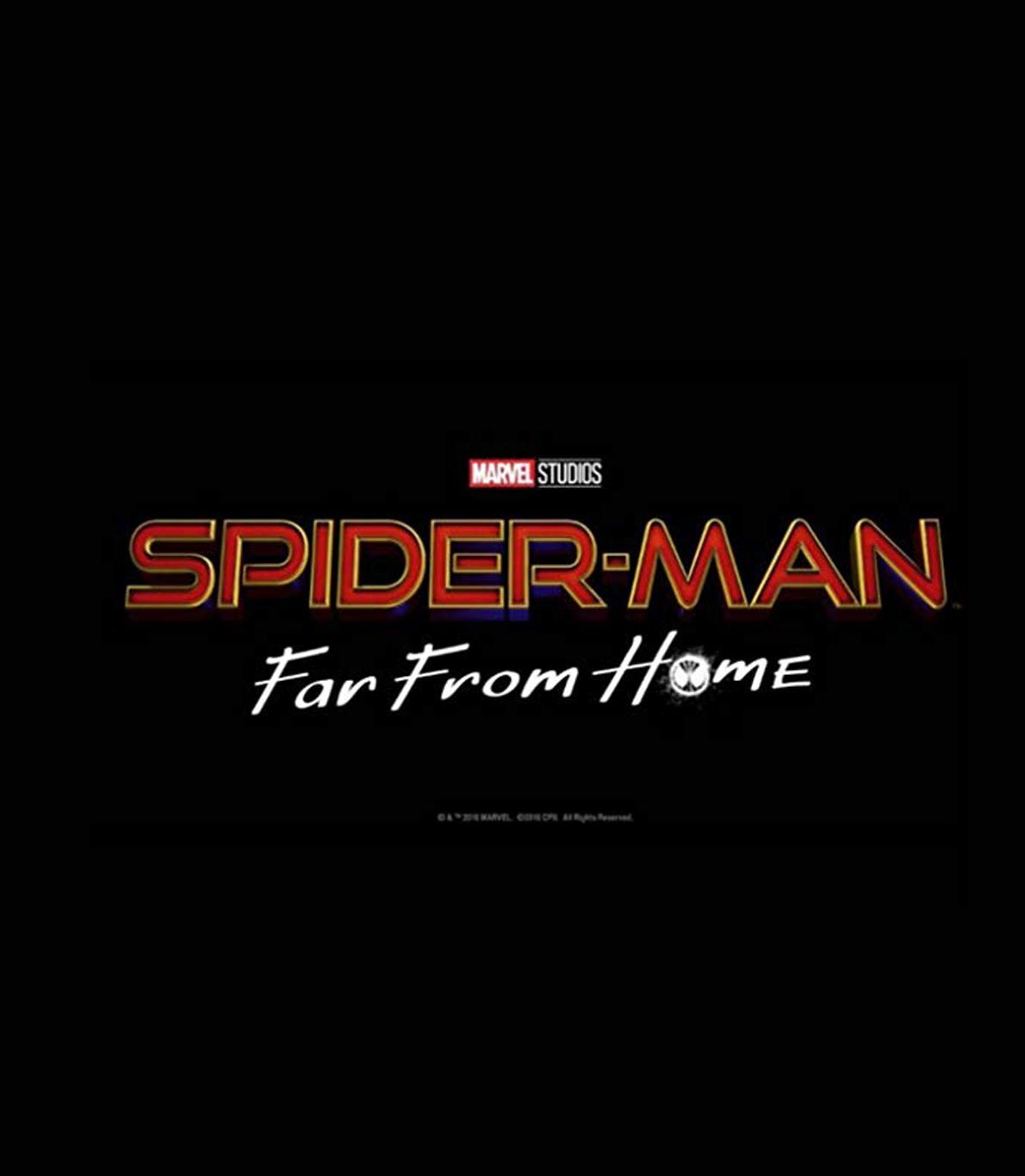 """Capa do guião """"Spider-Man: Far From Home"""", divulgada antes do tempo devido, pelo ator principal do filme, Tom Holland. A capa é toda preta, tendo apenas o título original do filme, """"Spider-Man: Far From Home"""", e o nome dos estúdios que o produziram."""