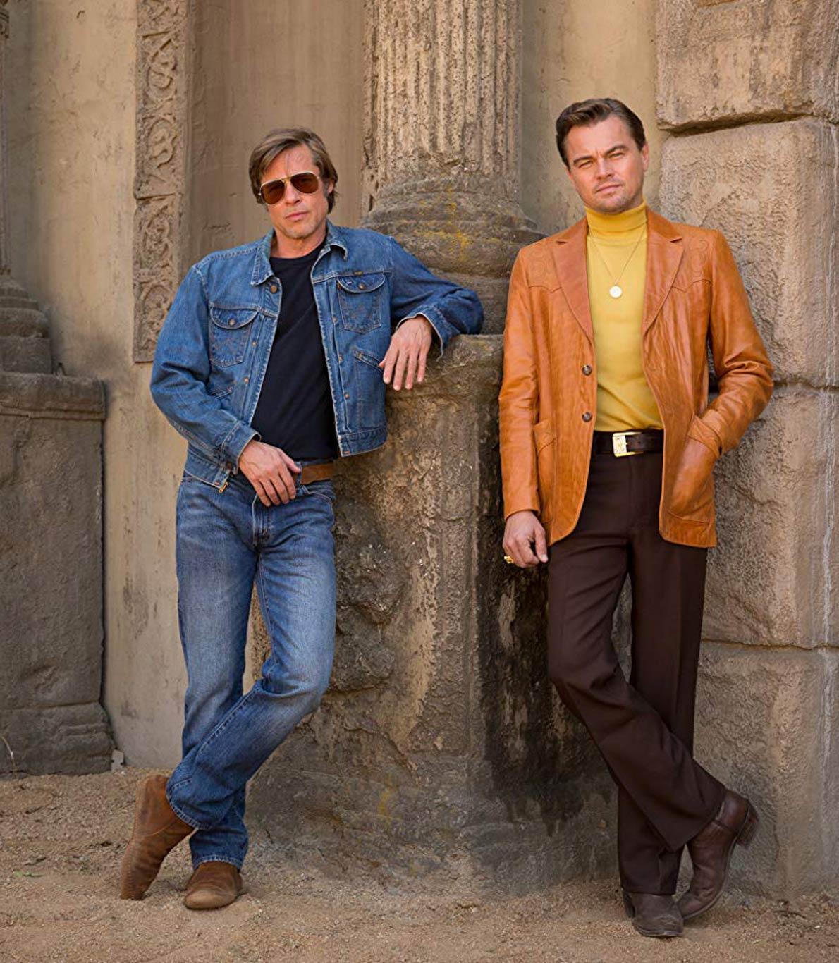 Brad Pitt e Leonardo DiCaprio no set do novo filme de Quentin Tarantino. Os dois atores estão a utilizar roupas caraterísticas dos finais dos anos 60, época em que decorre o filme.