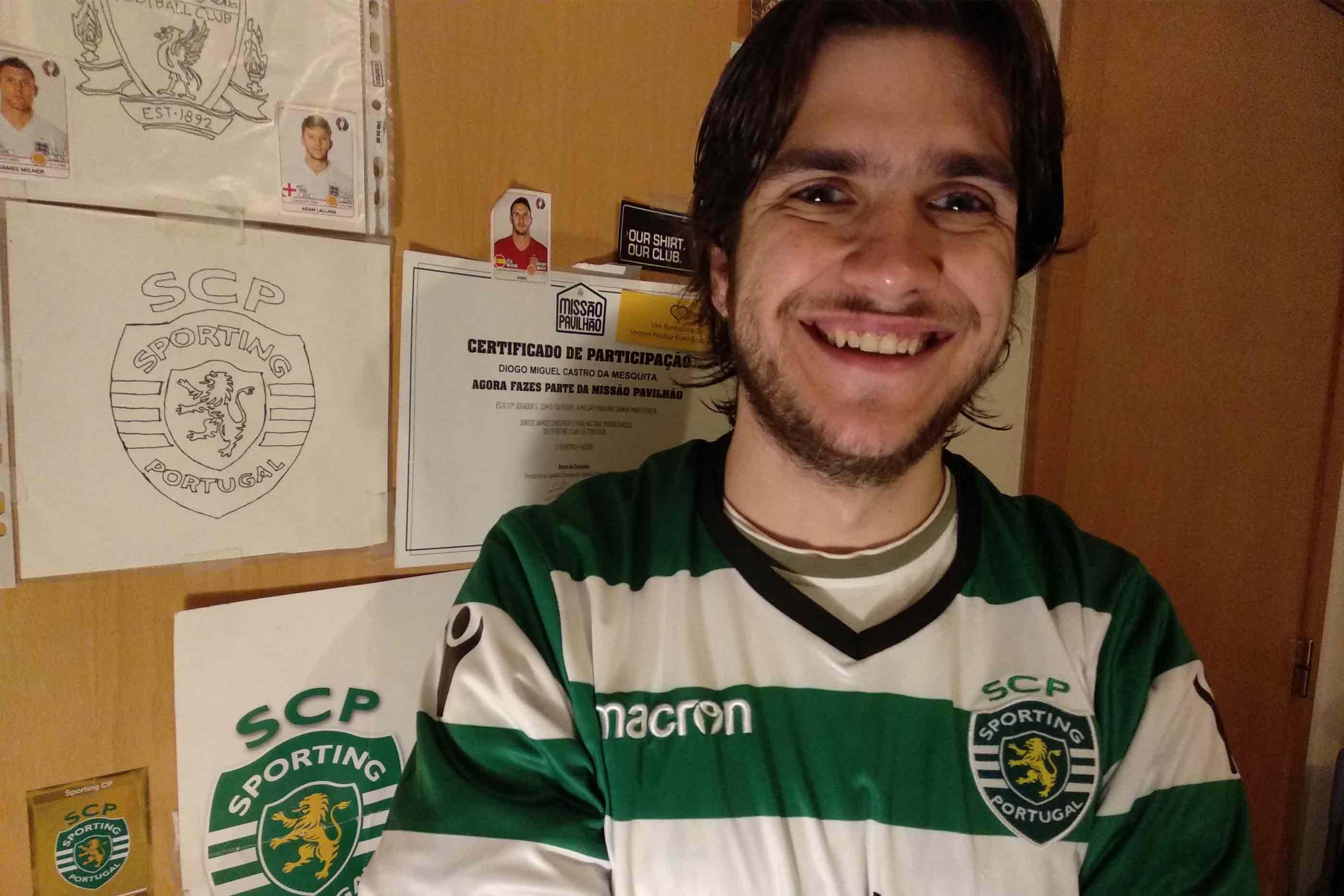 Filipe Mesquita, sportinguista e assinante da Sport TV, junto à porta do seu roupeiro decorado com inúmeras lembranças de futebol