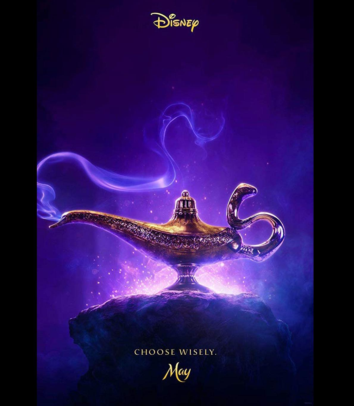 """Poster oficial do filme """"Aladdin"""", da Disney. O poster é todo em tons de roxo e no centro encontra-se uma lâmpada dourada, com detalhes intrincados e muito bela. Deduz-se facilmente que seja a lâmpada do génio, o amigo de Aladdin."""