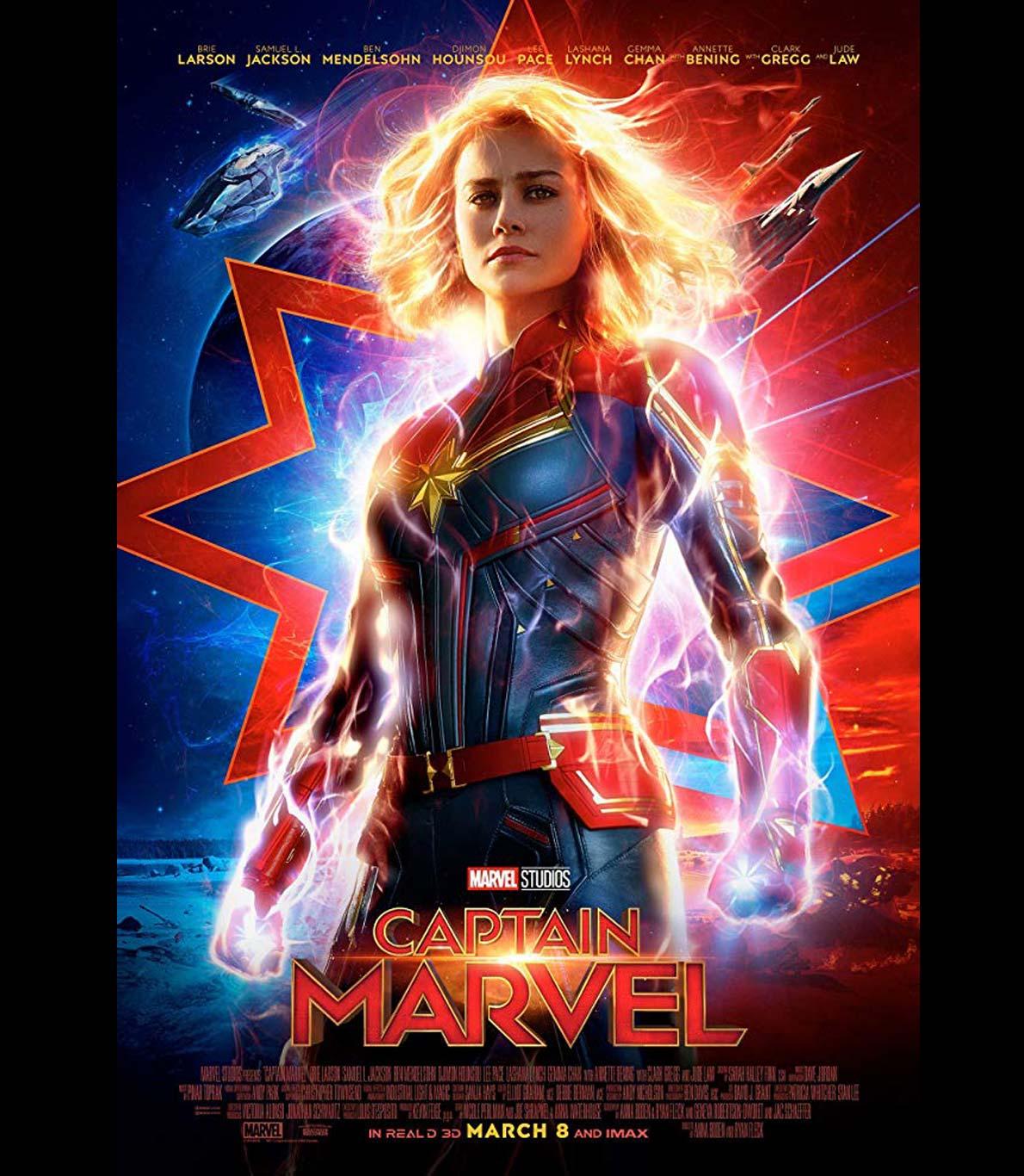 """Poster oficial do filmes """"Capitã Marvel"""", onde a atriz que dá cara à personagem se encontra ao centro da fotografia, rodeada da energia que carateriza a sua personagem."""