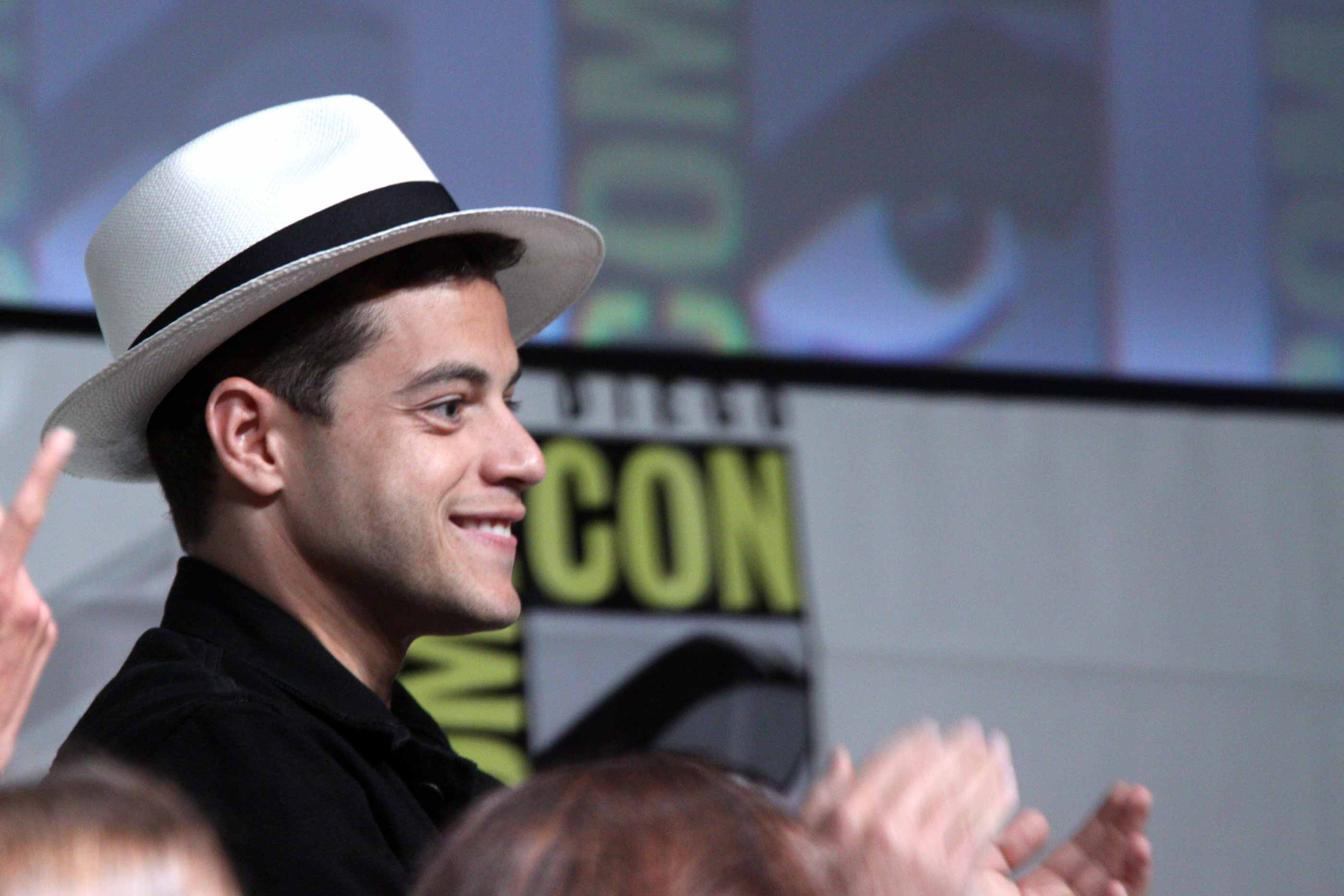 "Rami Malek, premiado como Melhor Actor (Créditos: ""Rami Malek"" by Gage Skidmore, Flickr is licensed under CC BY-SA 2.0)"