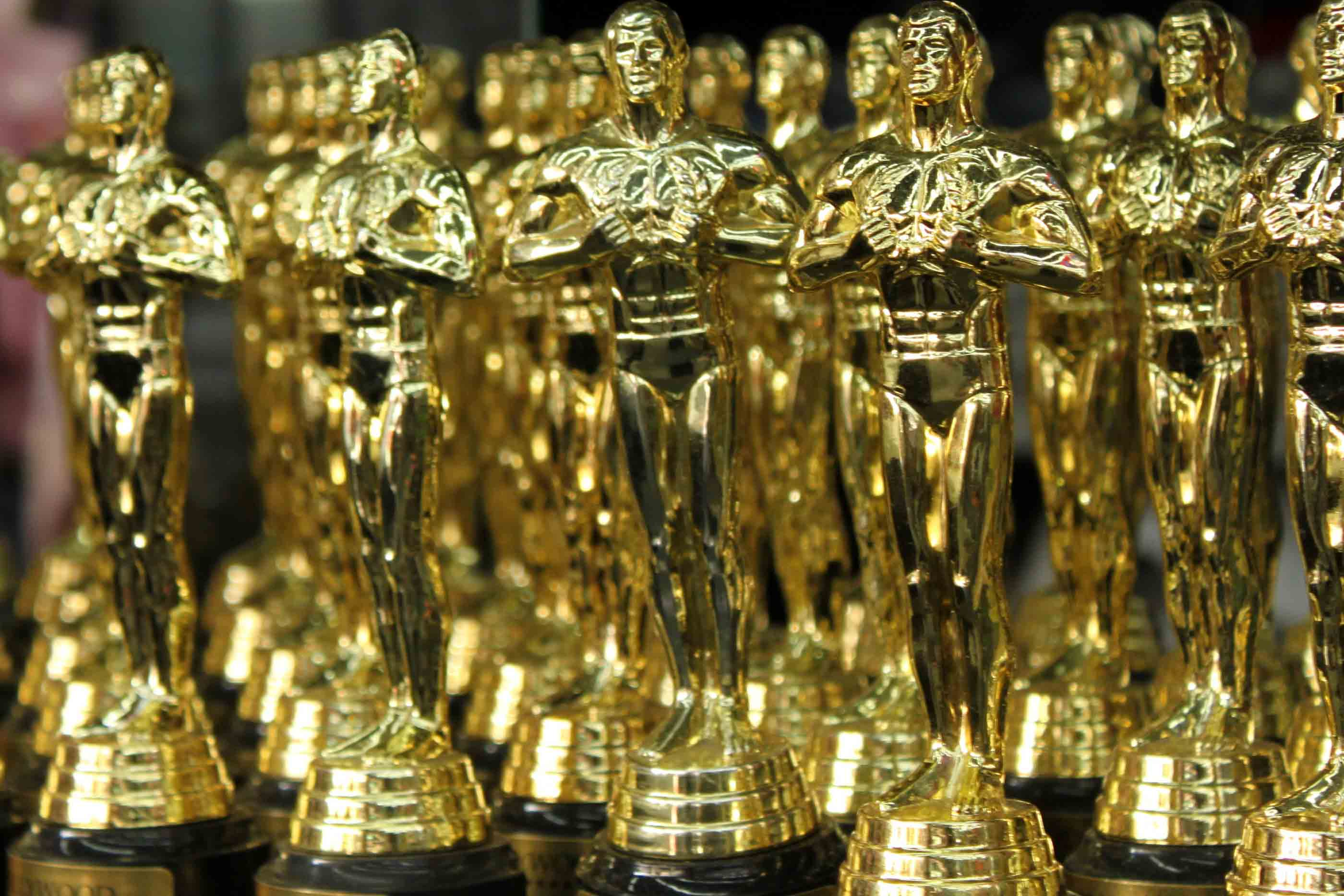 "Oscar Statuette (Créditos: ""OSCARS statuettes"" by Prayitno, Flickr is licensed under CC BY 2.0)"