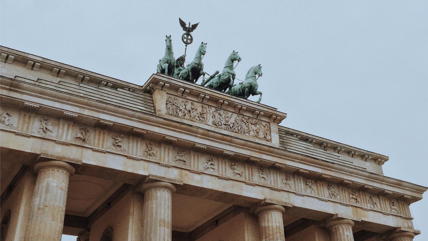 Vista da parte superior do Brandenburg Gate em Berlim num dia nublado.