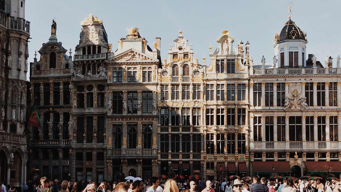 Detalhes de edíficios do Grand Place em Bruxelas num dia de sol.