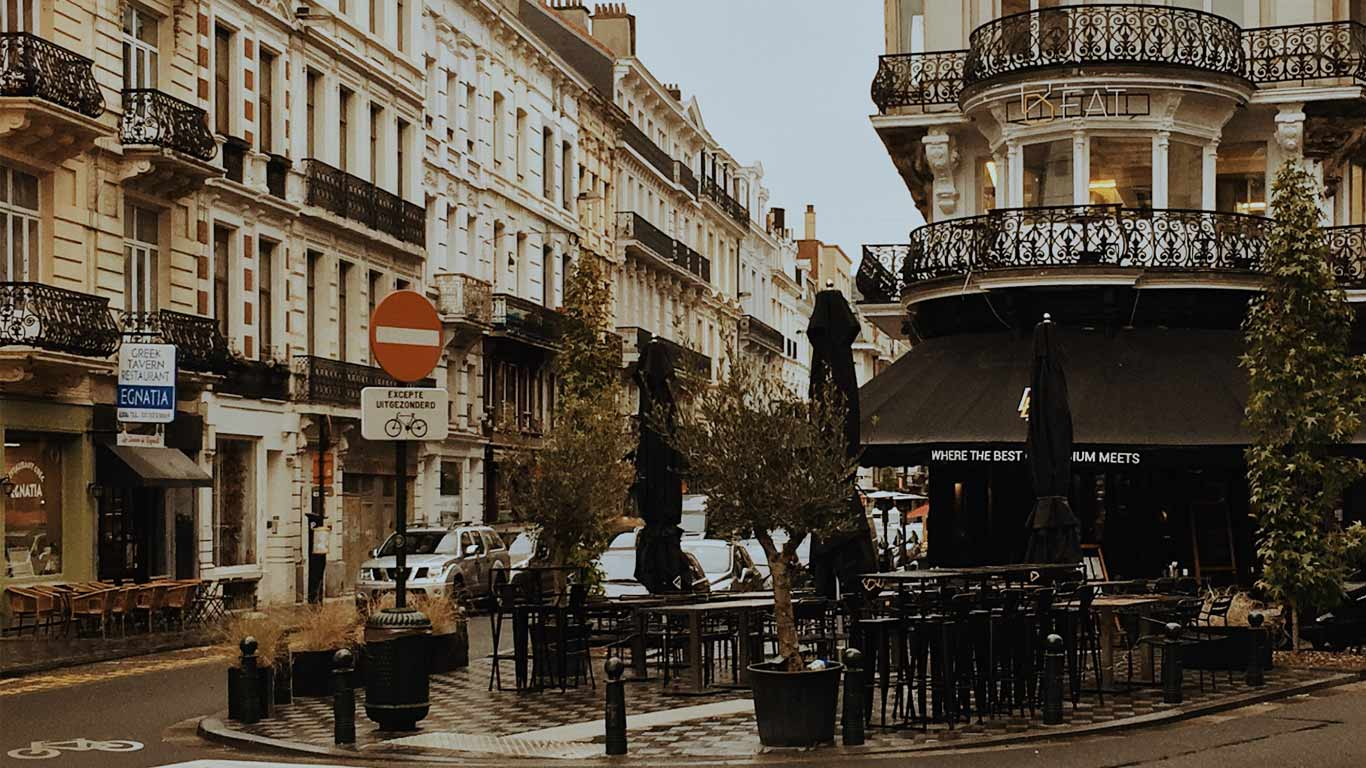 Esplanada de um café numa rua de Bruxelas num dia chuvoso.