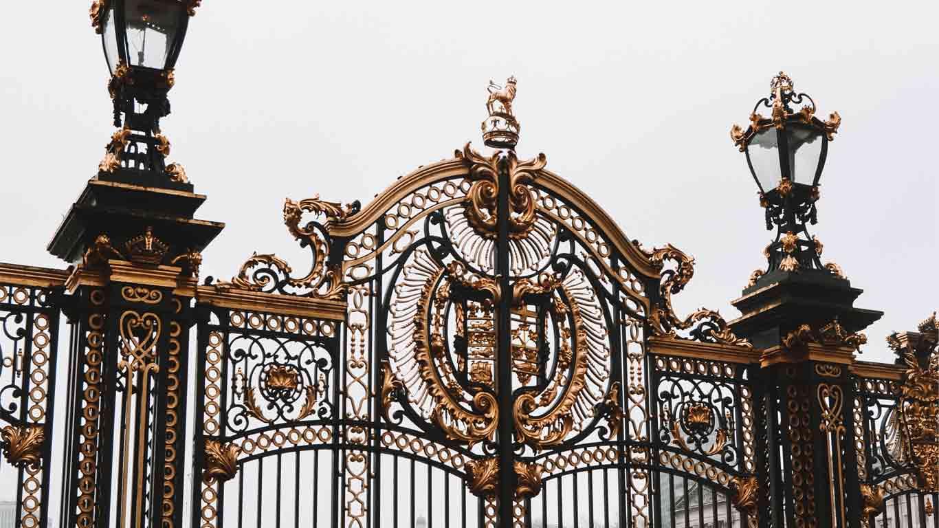 O portão preto com detalhes em ouro do Palácio de Buckingham