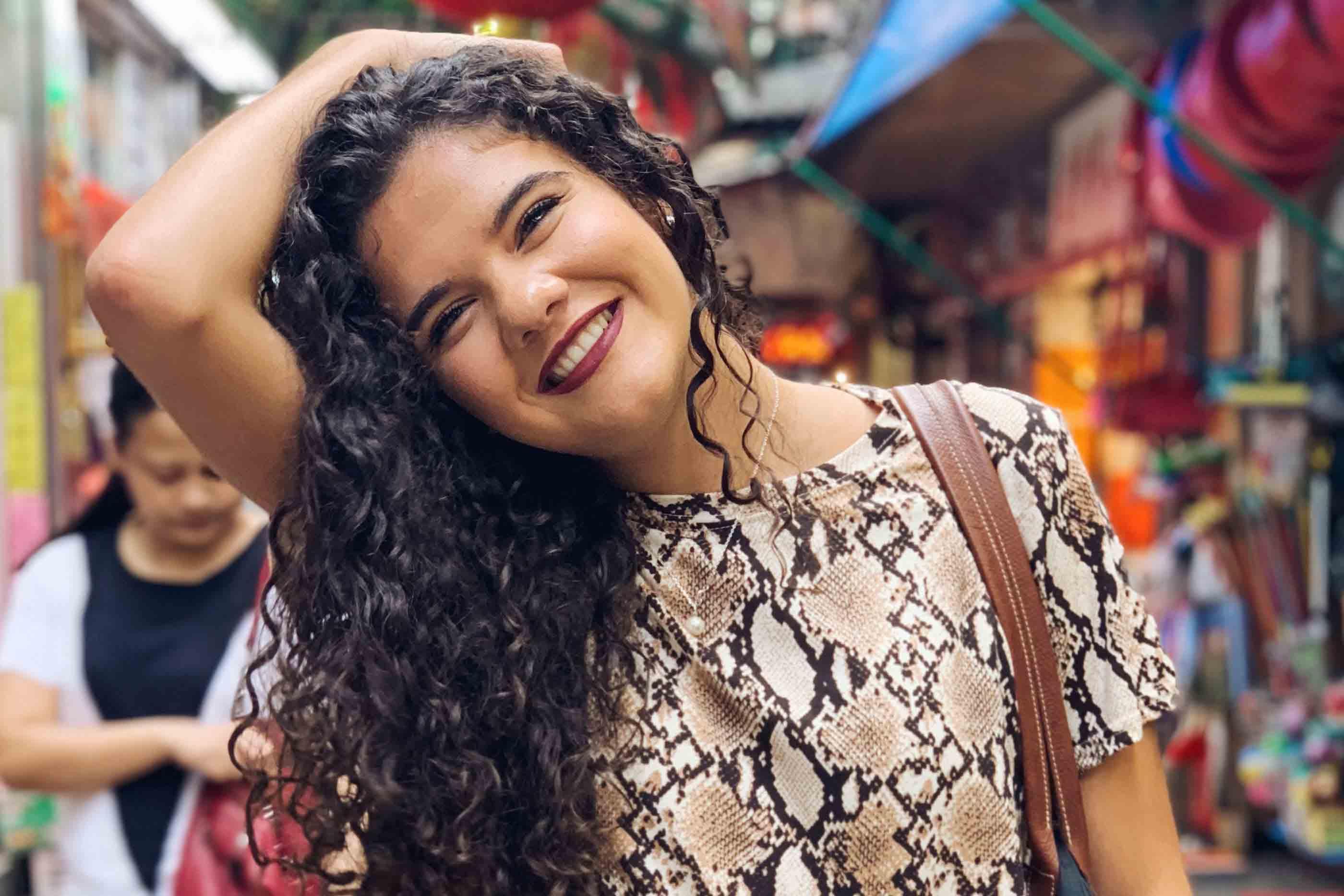 Raquel Jorge, a criadora do projeto, a sorrir num ambiente colorido