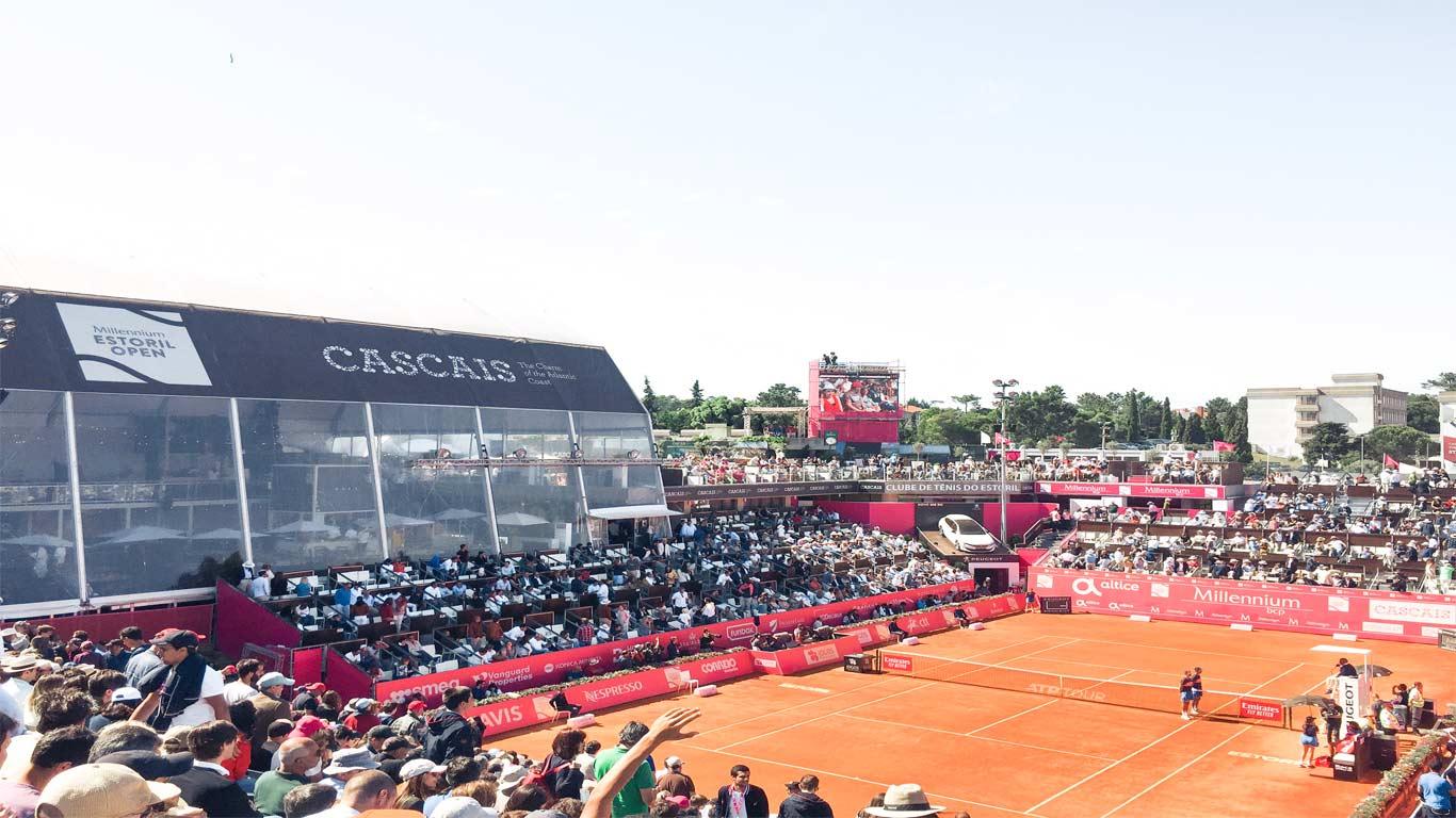 Fotografia do court principal do Estoril Open – o campo Millennium -, durante o dia com muitos adeptos de ténis à espera para assistirem e apoiarem os próximos jogadores.