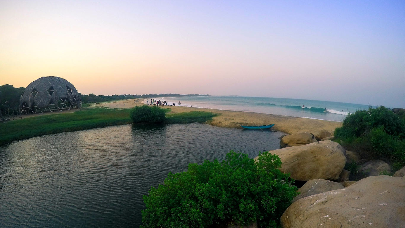 """A baía de Arugam, conhecida localmente como """"Arugam Kudah"""", é uma baía situada no Oceano Índico, na zona seca da costa sudeste do Sri Lanka"""