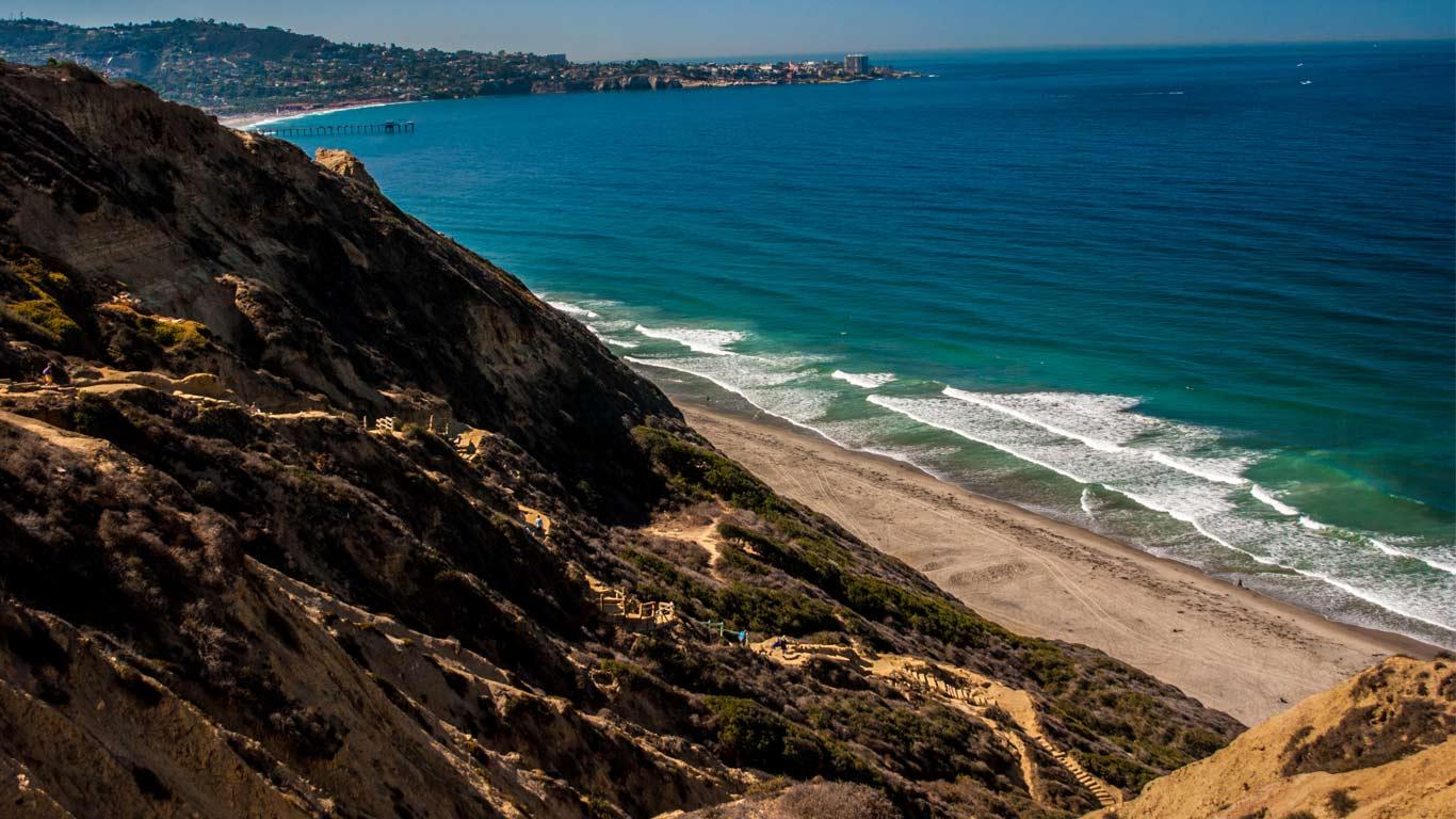 Vista de cima da arriba da praia de Black Beach em San Diego