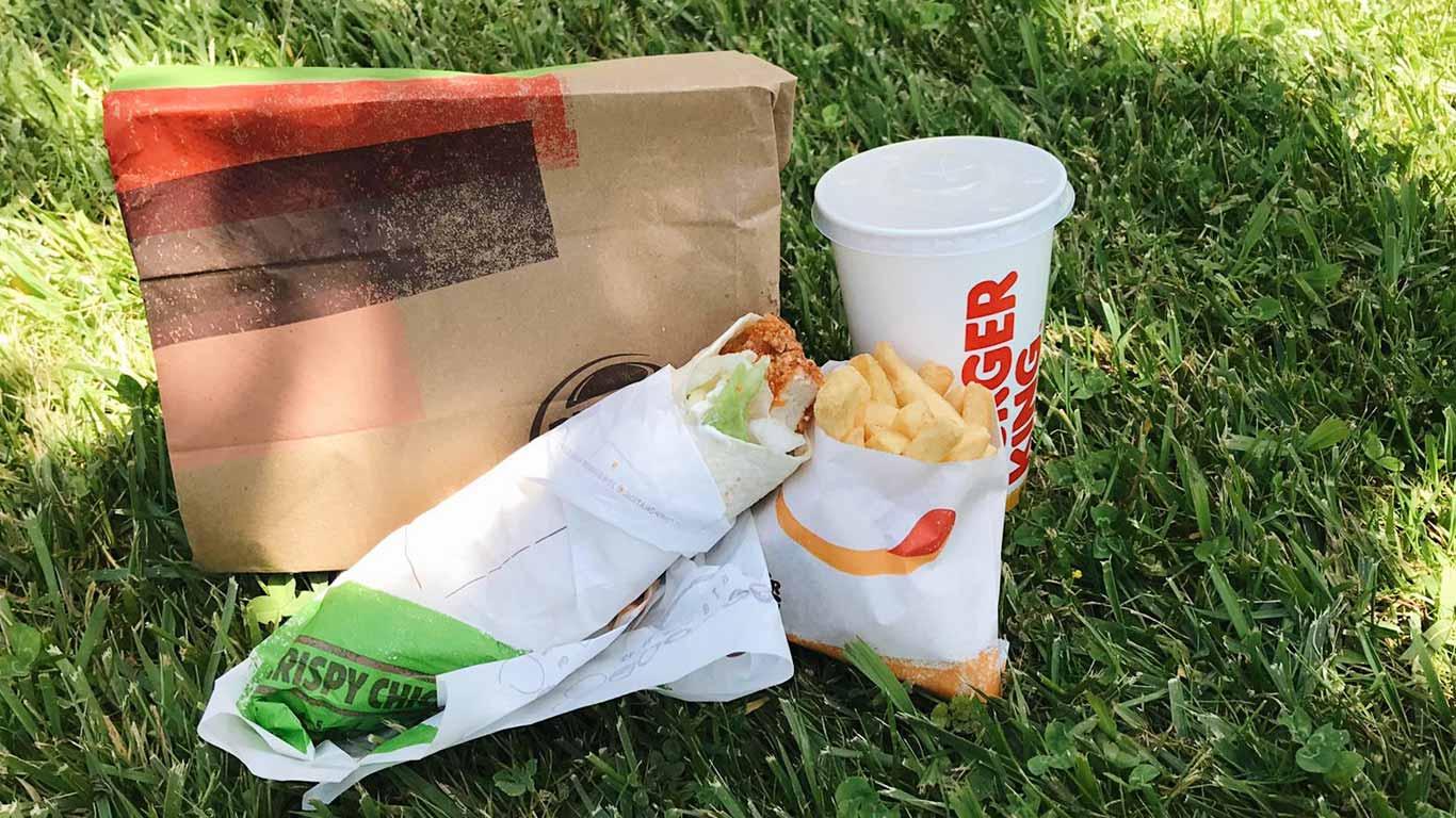 Menu da cadeia de fast food burguer king, com uma bebida, um wrap de frango, um pacote pequeno de batatas fritas e o saco take-away