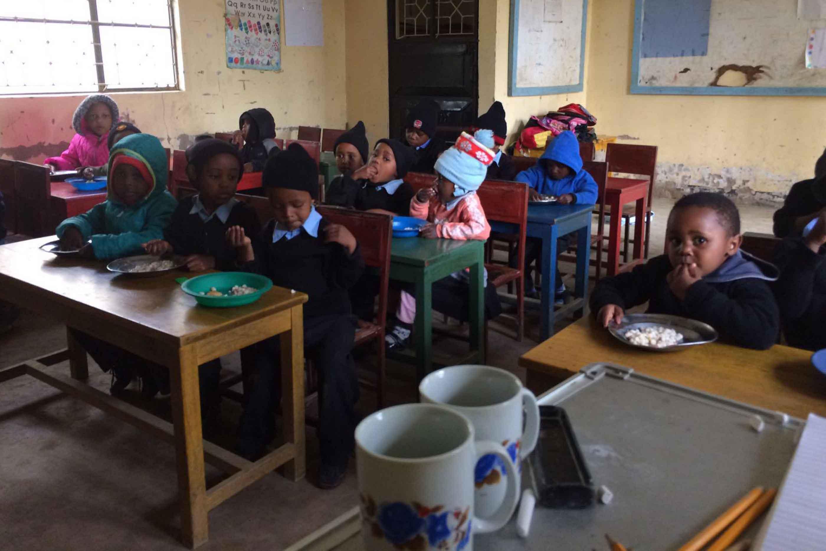 Crianças no orfanato durante o almoço.