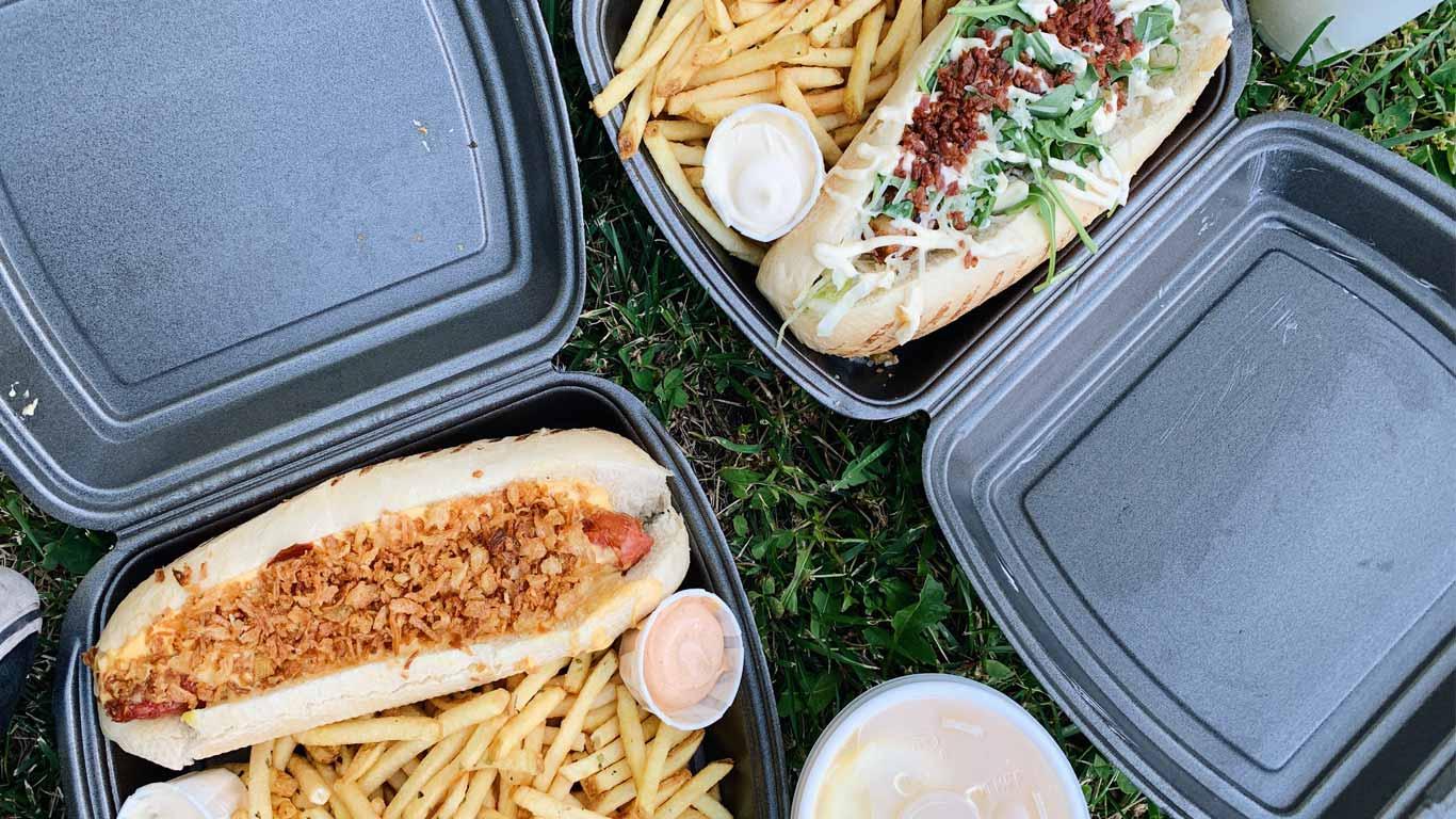 Imagem de dois menus take away do Frankie Hot Dogs.