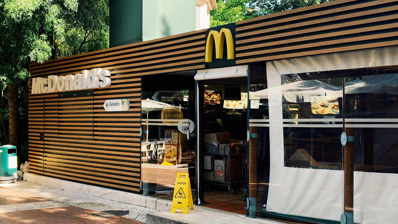 Restaurante da cadeia de fast-food McDonald's visto de fora.