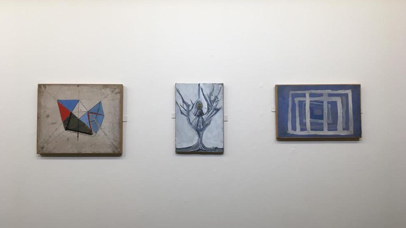 3 quadros, expostos na horizontal, de tamanho pequeno em tons de azul.