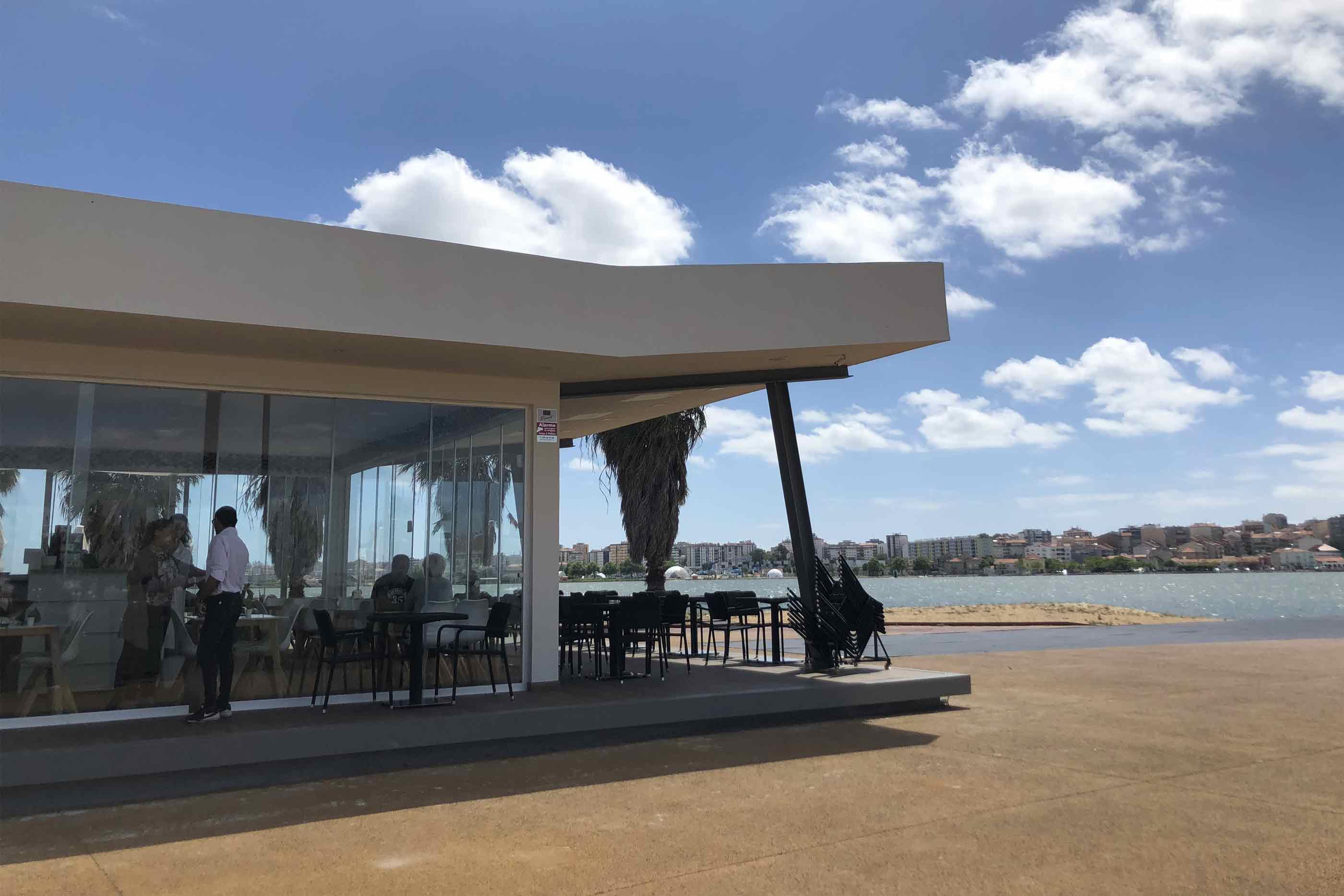 Café com esplanada na baía do seixal num dia de sol