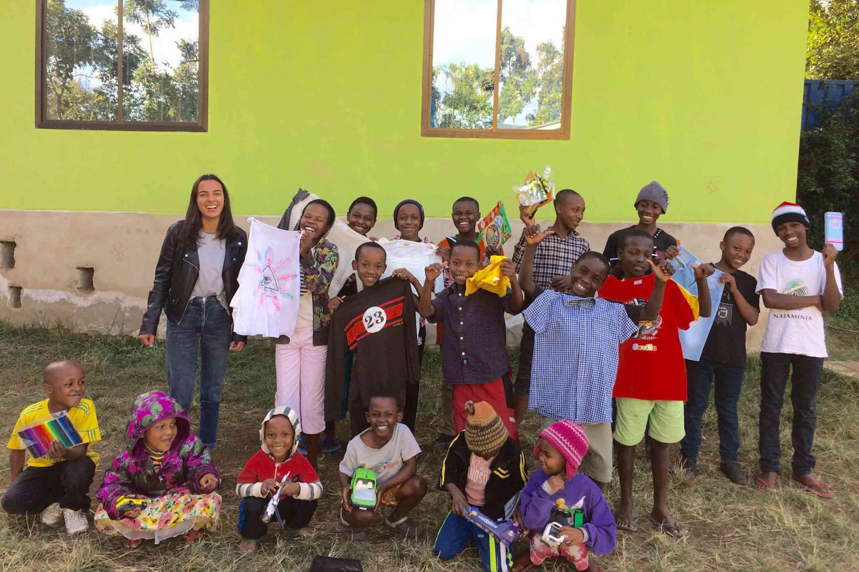 Grupo de crianças num orfanato da Tanzânia, juntamente com a voluntária Teresa.