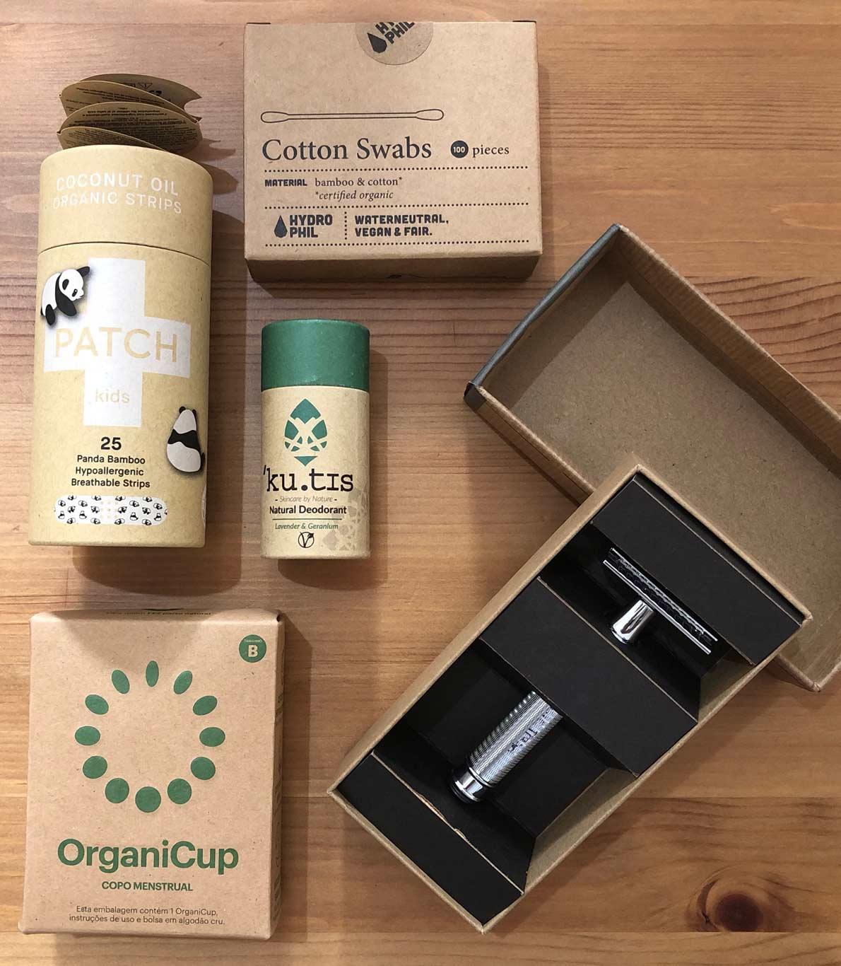 Copo menstrual, pensos rápidos, cotonetes de bambu, desodorizante e aparelho depilatório.
