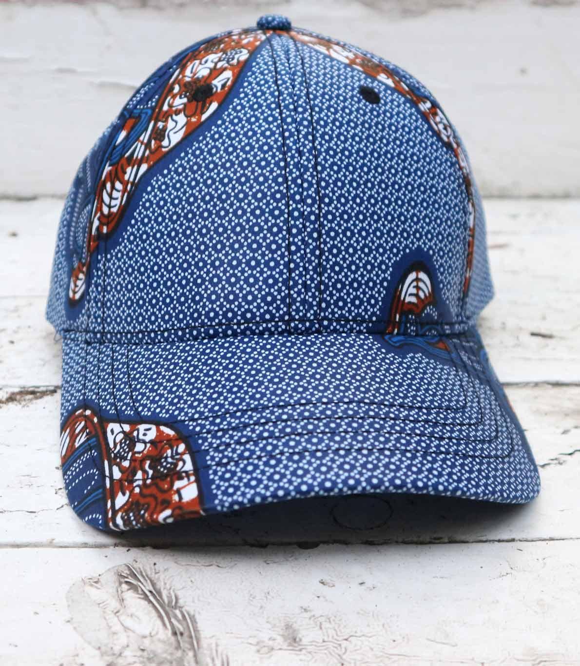 Chapéu azul e branco com pormenores em azul escuro e laranja.