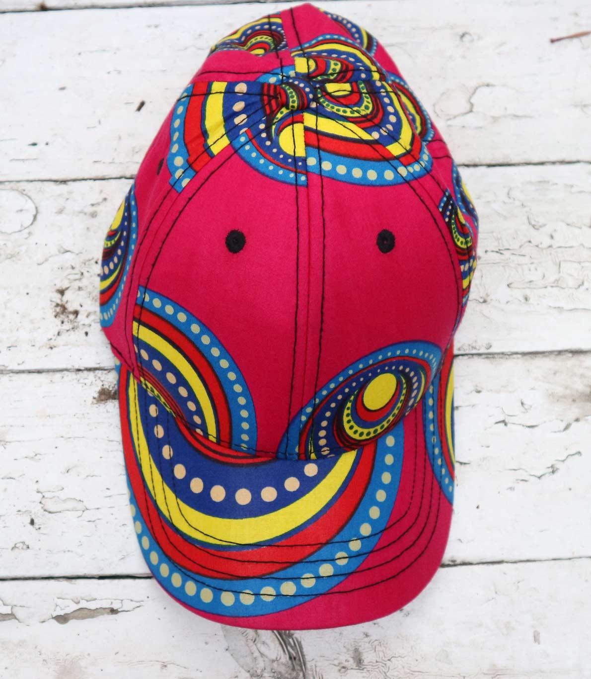 Chapéu vermelho com pormenores em tons de azul, amarelo e branco.