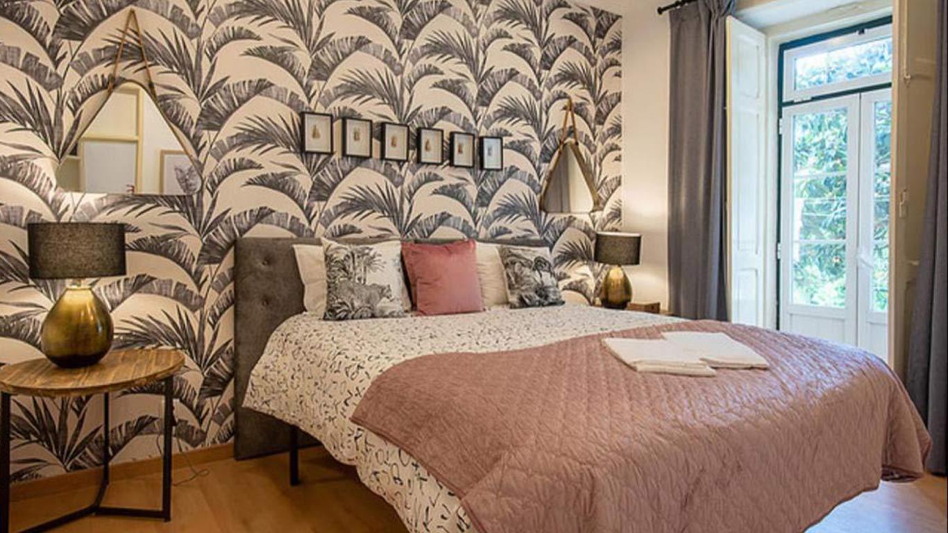Uma cama e acessórios de decoração