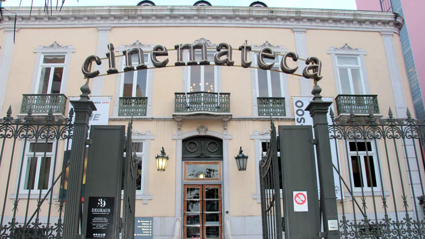 Entrada do edifício-sede da Cinemateca