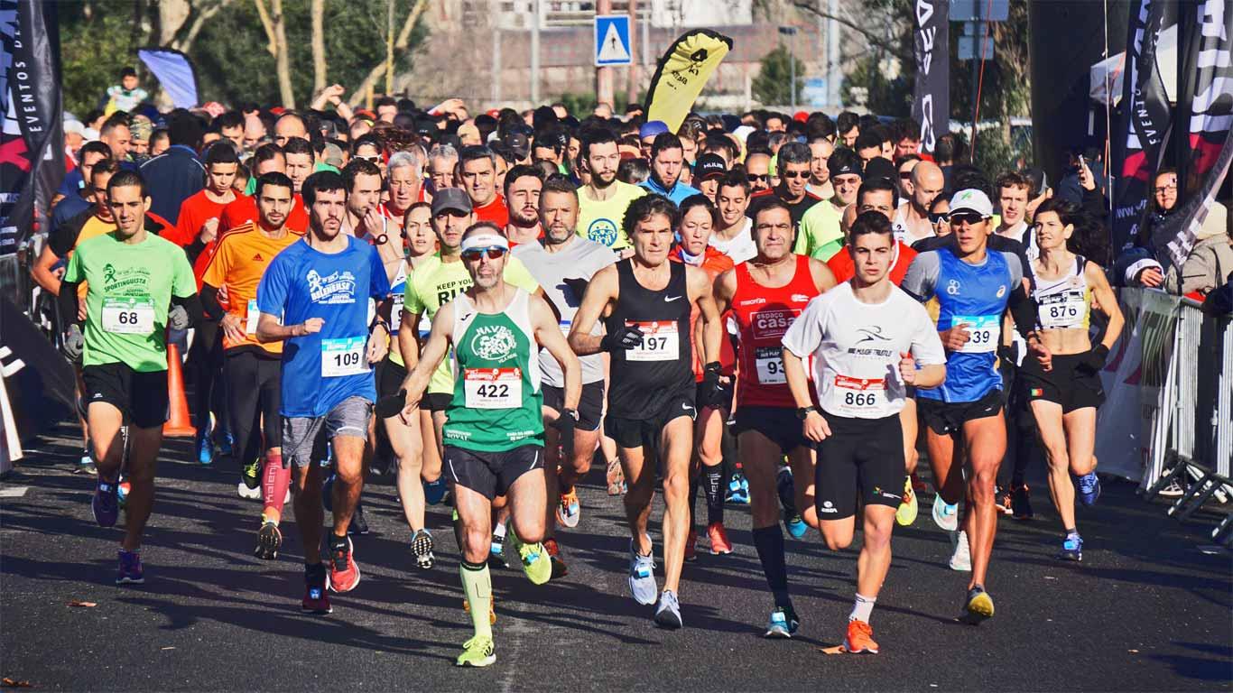 Pessoas a correr a maratona, sendo que as priimeiras se encontram no pelotão da frente.