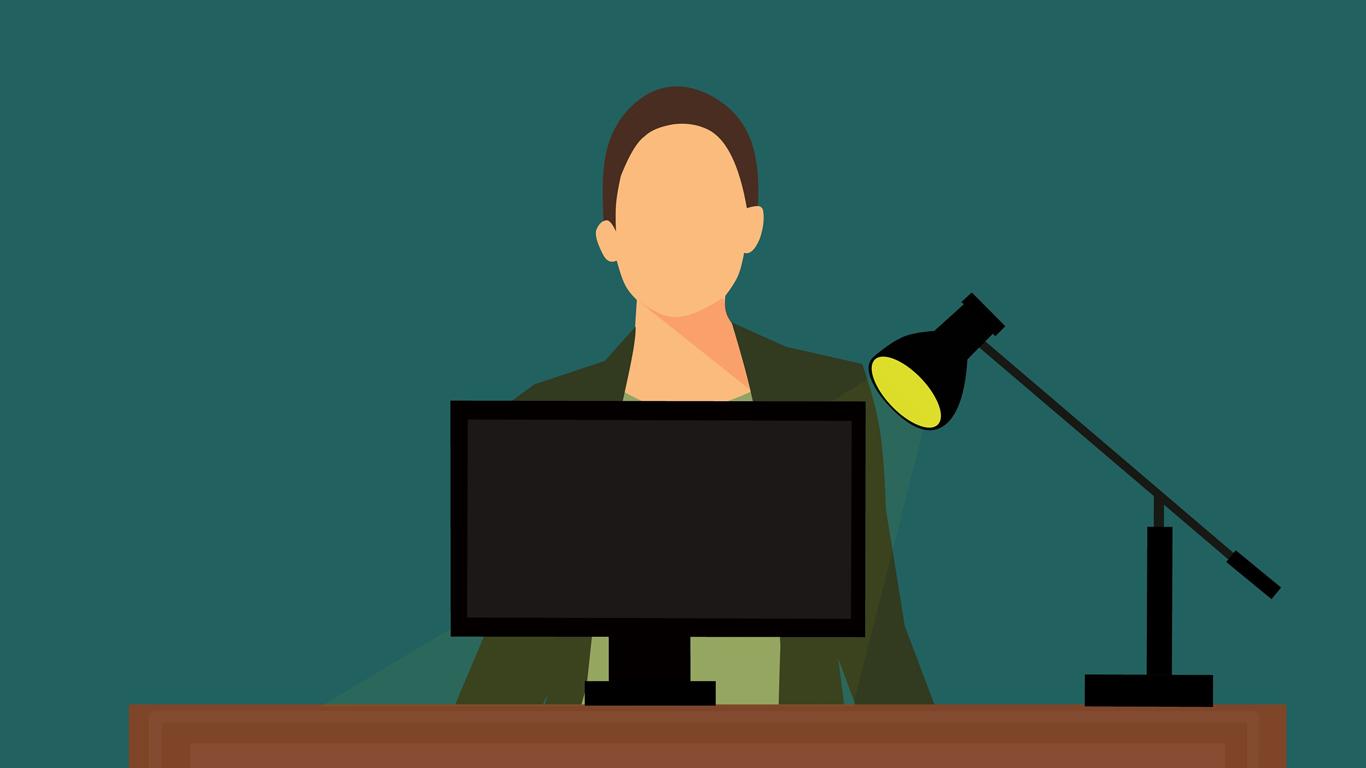 Sobre um fundo verde escuro, vemos um homem, um candeeiro e um ecrã.