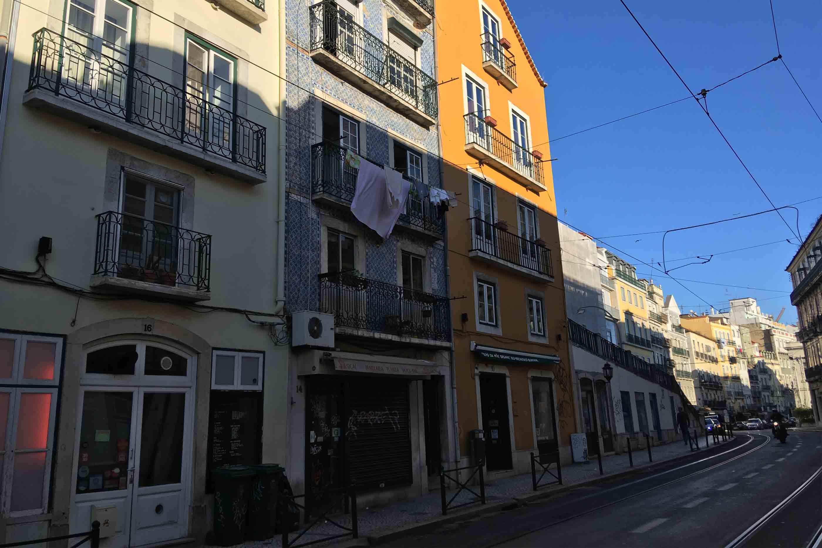 Rua tradicional da baixa de Lisboa