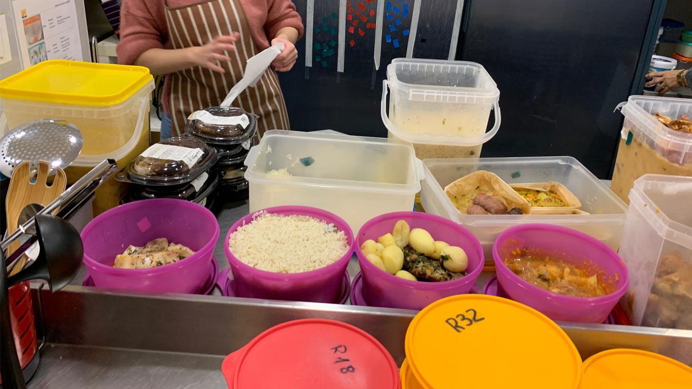 Marmitas com a refeições e alimentos recebidos das diferentes parcerias.