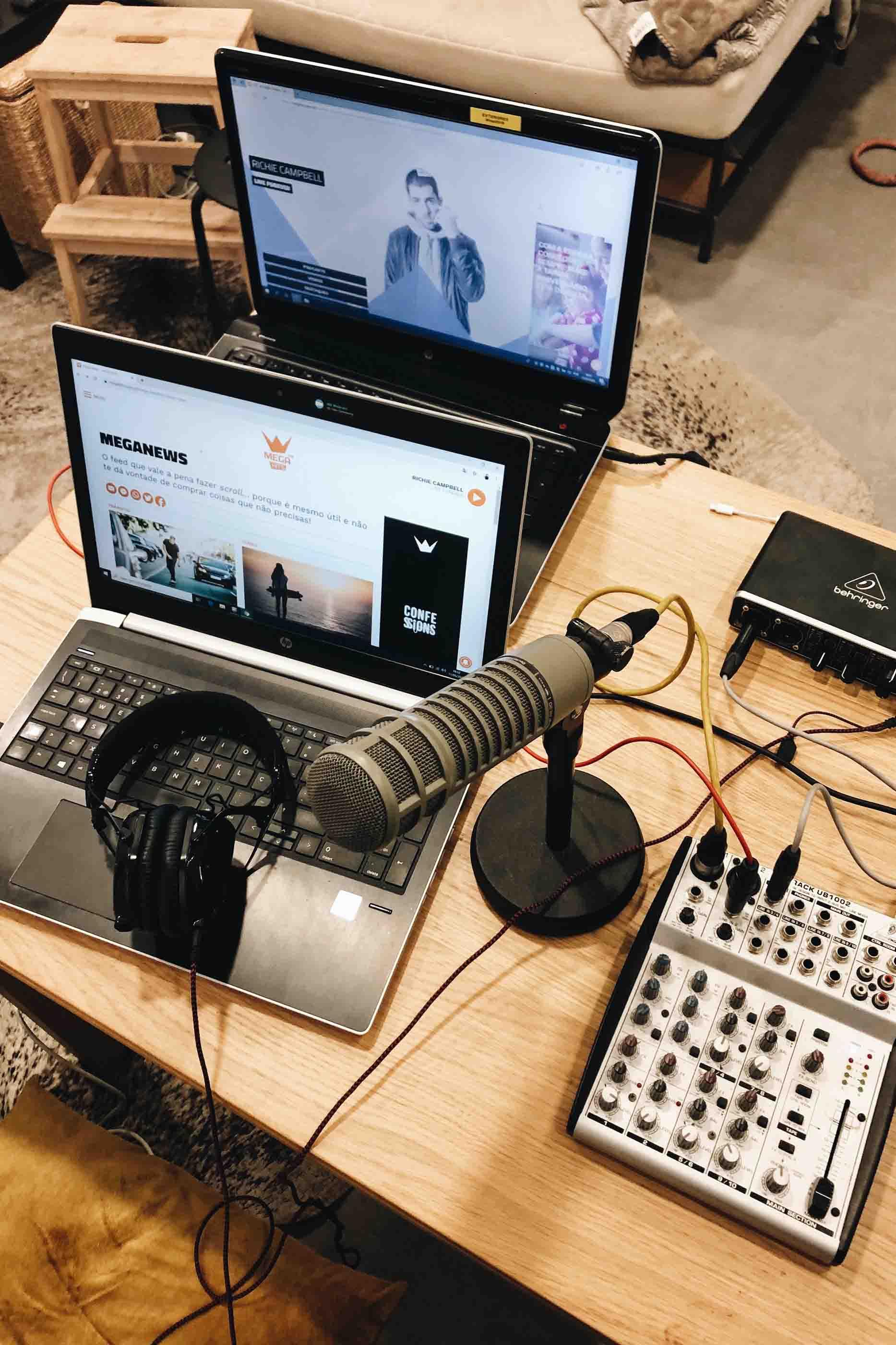 Portáteis, microfone, headphones e mesa de mistura