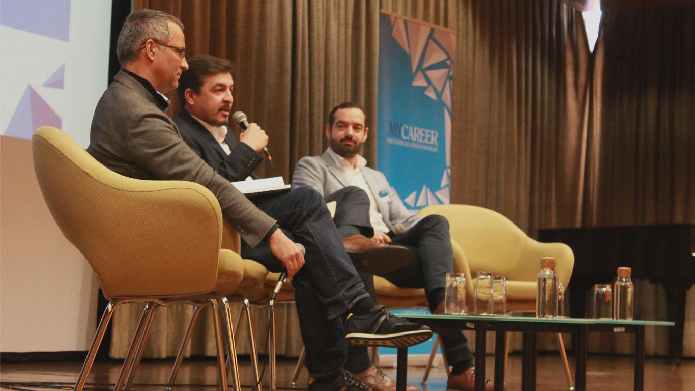 O moderador Pedro Branco encontra-se a falar para a plateia com a presença dos restantes oradores, Rui Dias (à esquerda) e Luís Antunes (à direita)
