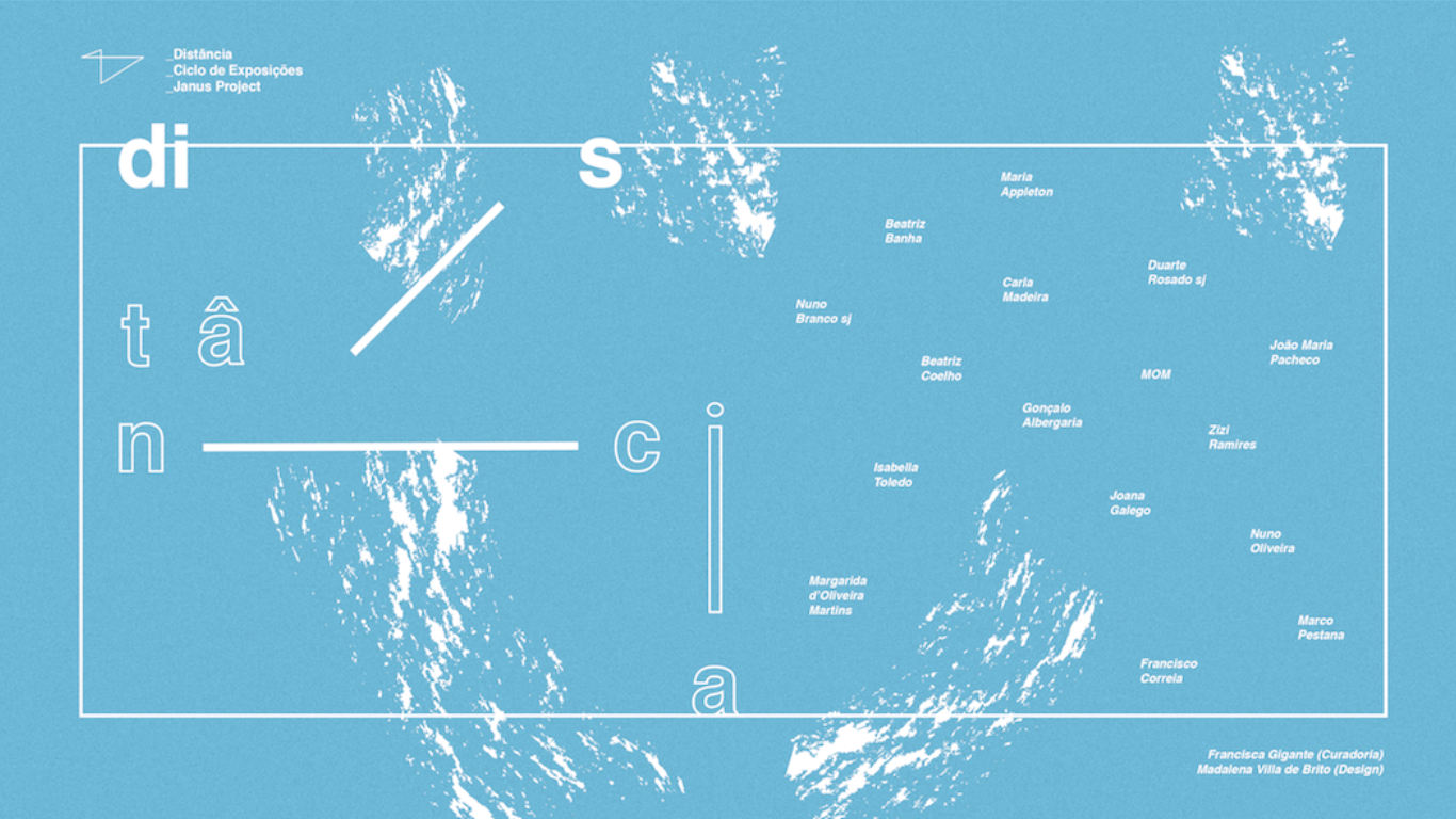 """Fundo azul claro com algumas manchas brancas. Letras brancas separadas formando a palavra """"DISTÂNCIA"""". Ao lado, também a letras brancas, os nomes dos vários artistas envolvidos na exposição."""