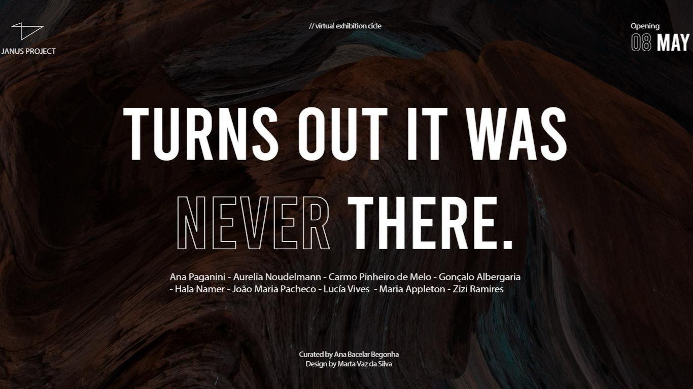 """Tela pintada com cores escuras (castanho, preto, cinzento e azul). No centro letras brancas que formam o título da exposição: """"Turns out it was (never) there"""""""