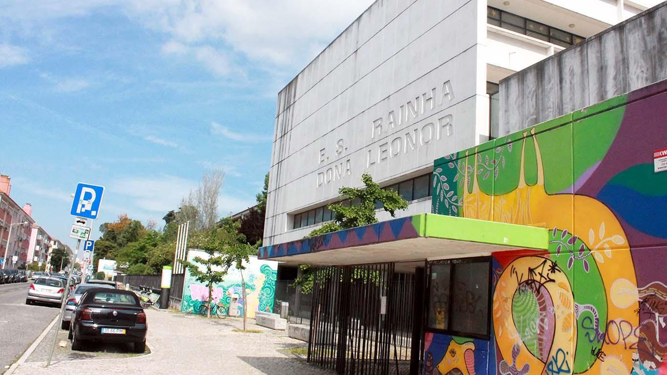 Entrada da Escola Secundária Rainha Dona Leonor sem pessoas na imagem.
