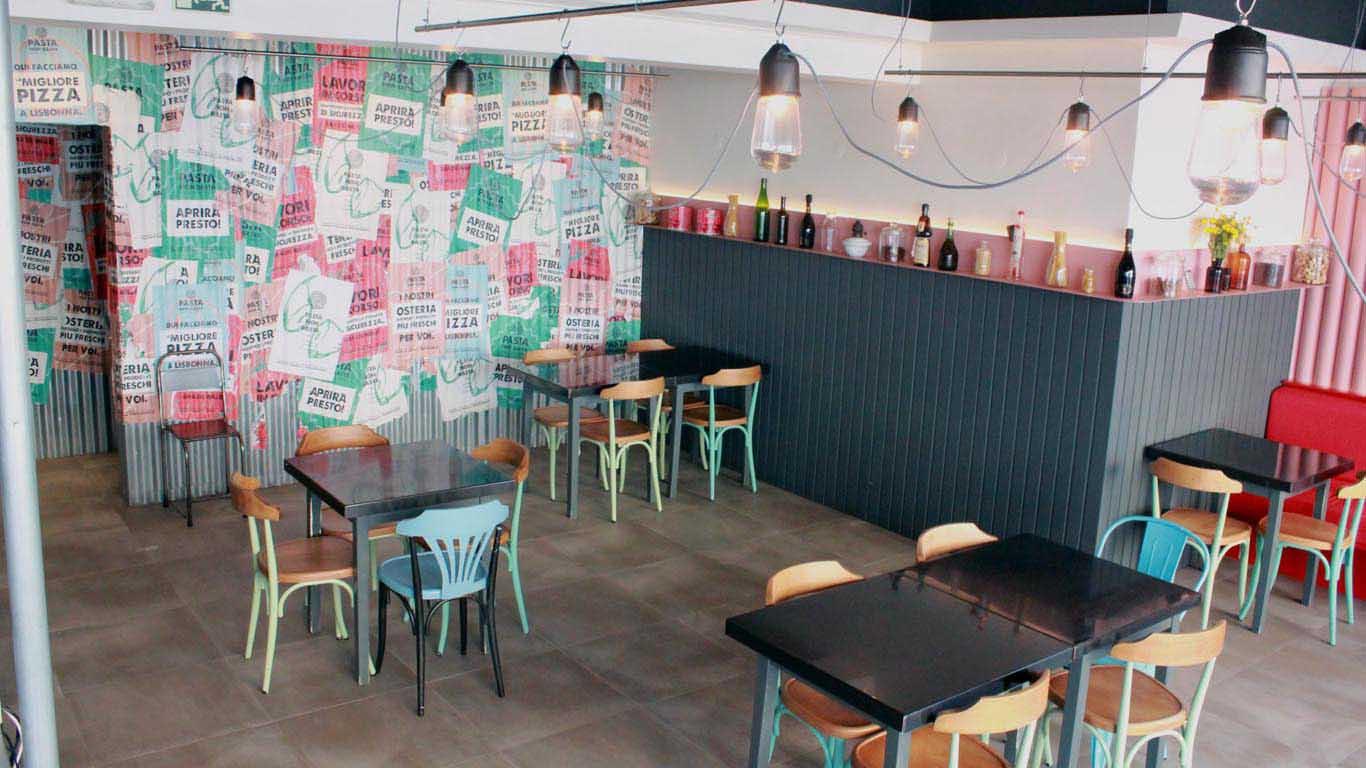 Interior de um restaurante com quatro mesas vazias e ninguém no seu interior