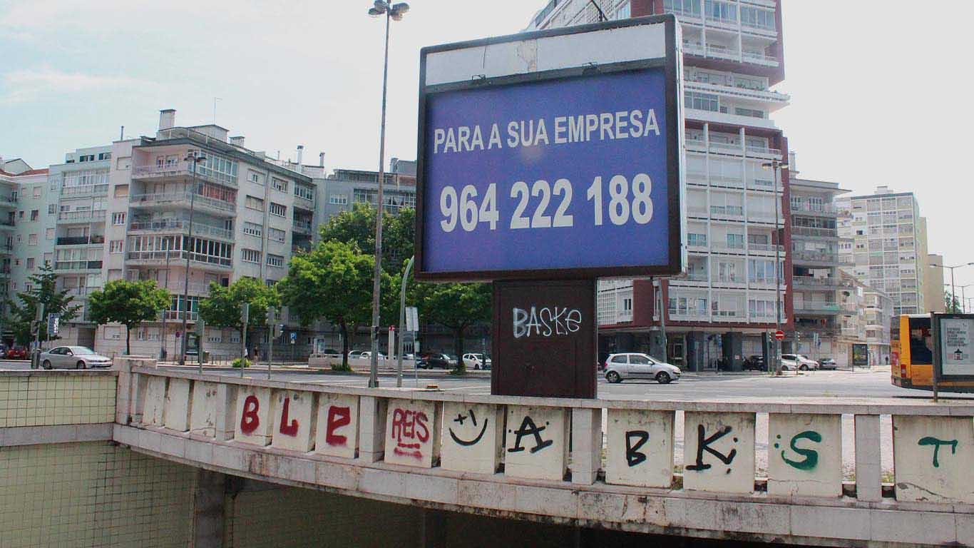 Placard publicitário sem anunciante numa zona que é de grande circulação em circunstâncias normais
