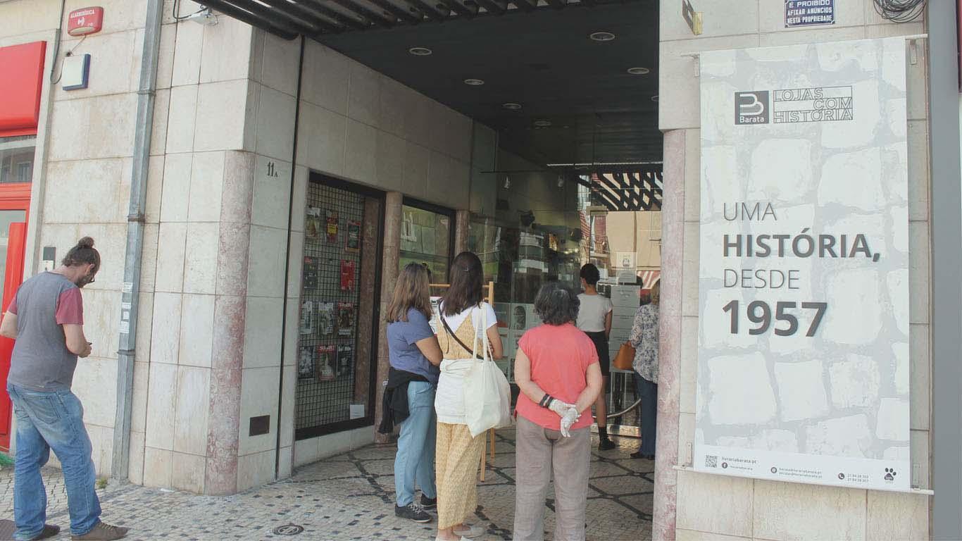 Porta da livraria Barata com fila de espera para entrar.
