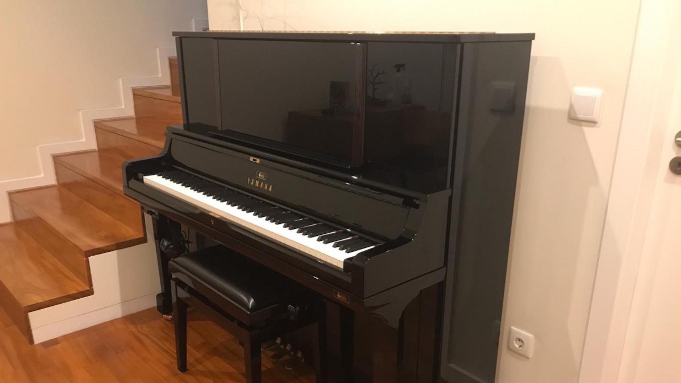 Piano preto num hall
