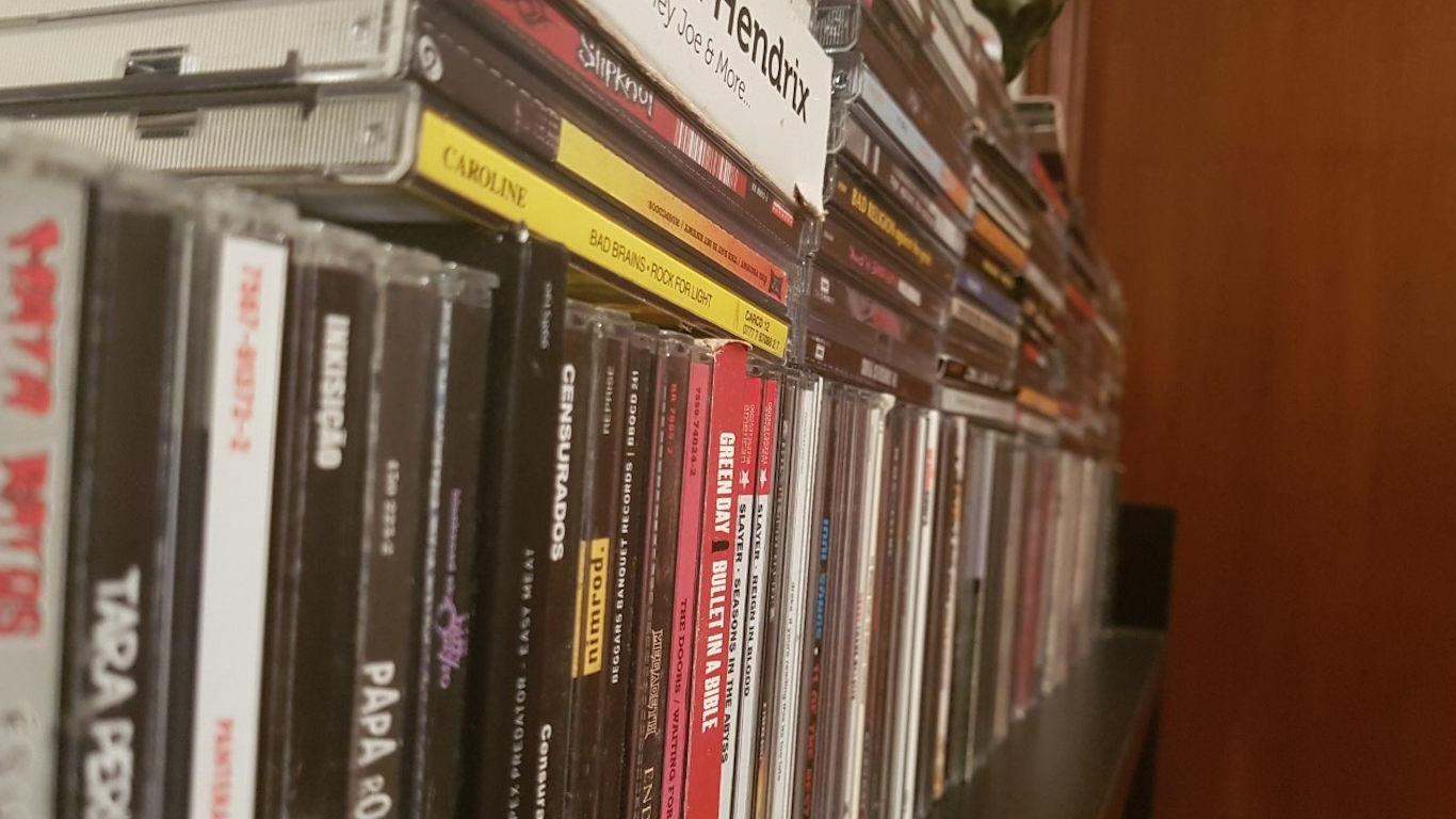 Prateleira com vários CD's de música