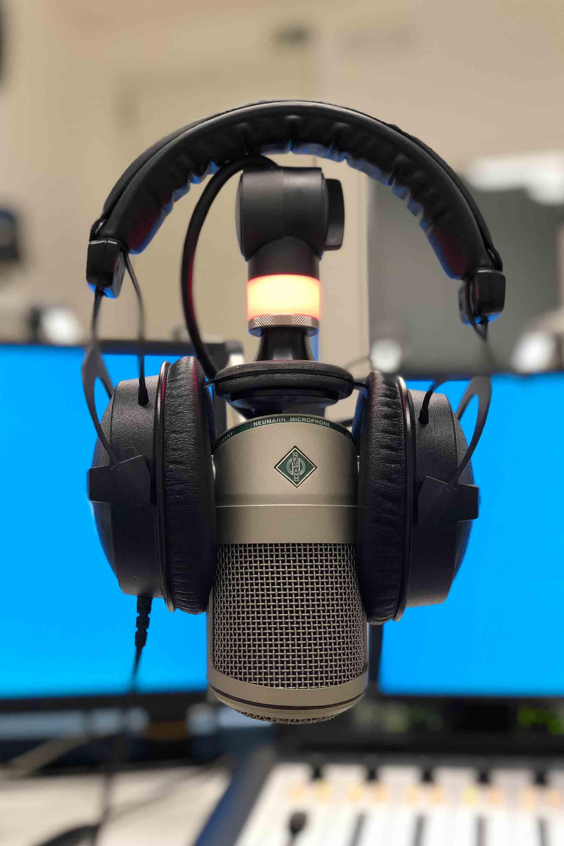 Headphones a cobrir um microfone