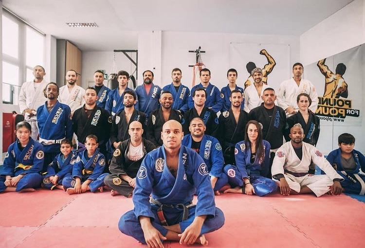 Equipa de jiu-jitsu dos Bombeiros de Alcabideche, posam para a fotografia na sala de treino. O grupo é composto por elementos do género masculino e feminino, de idades compreendidas entre os 6 anos e os 44 anos.