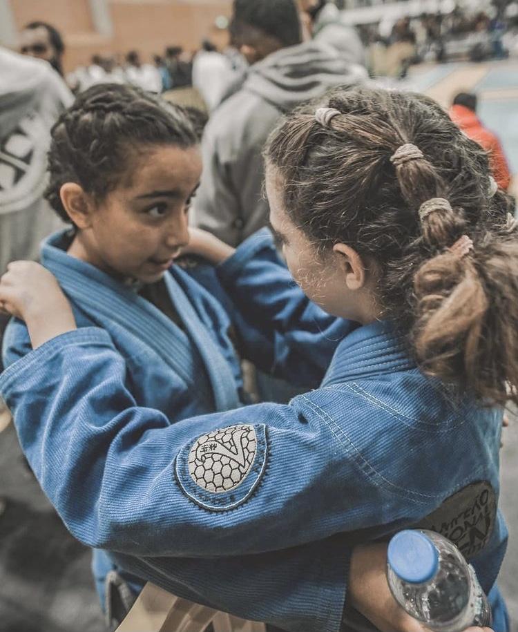Duas meninas equipadas que se olham nos olhos
