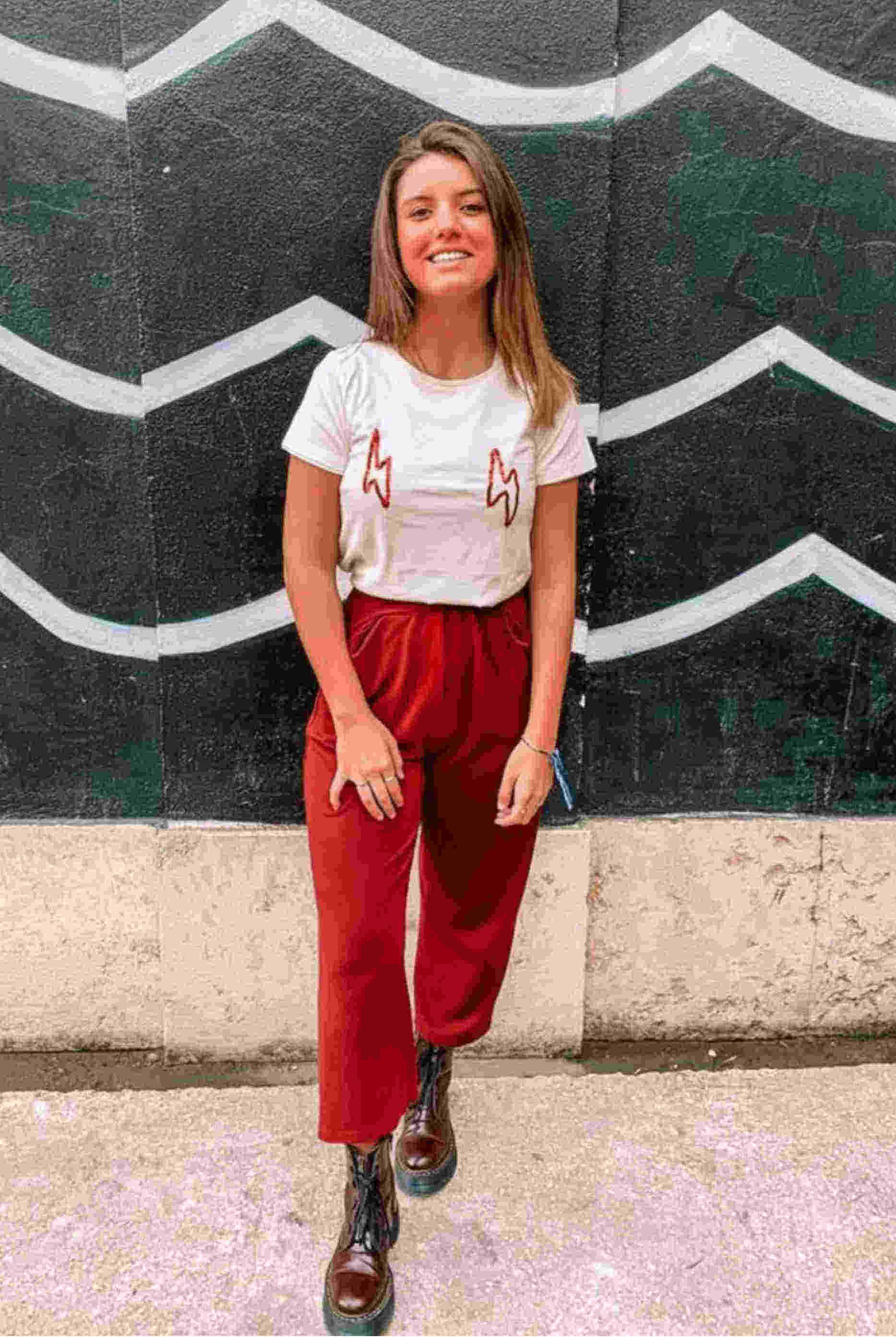 Inês Nogueira, a criadora da por.que.raio a usar uma t-shirt branca da sua marca.