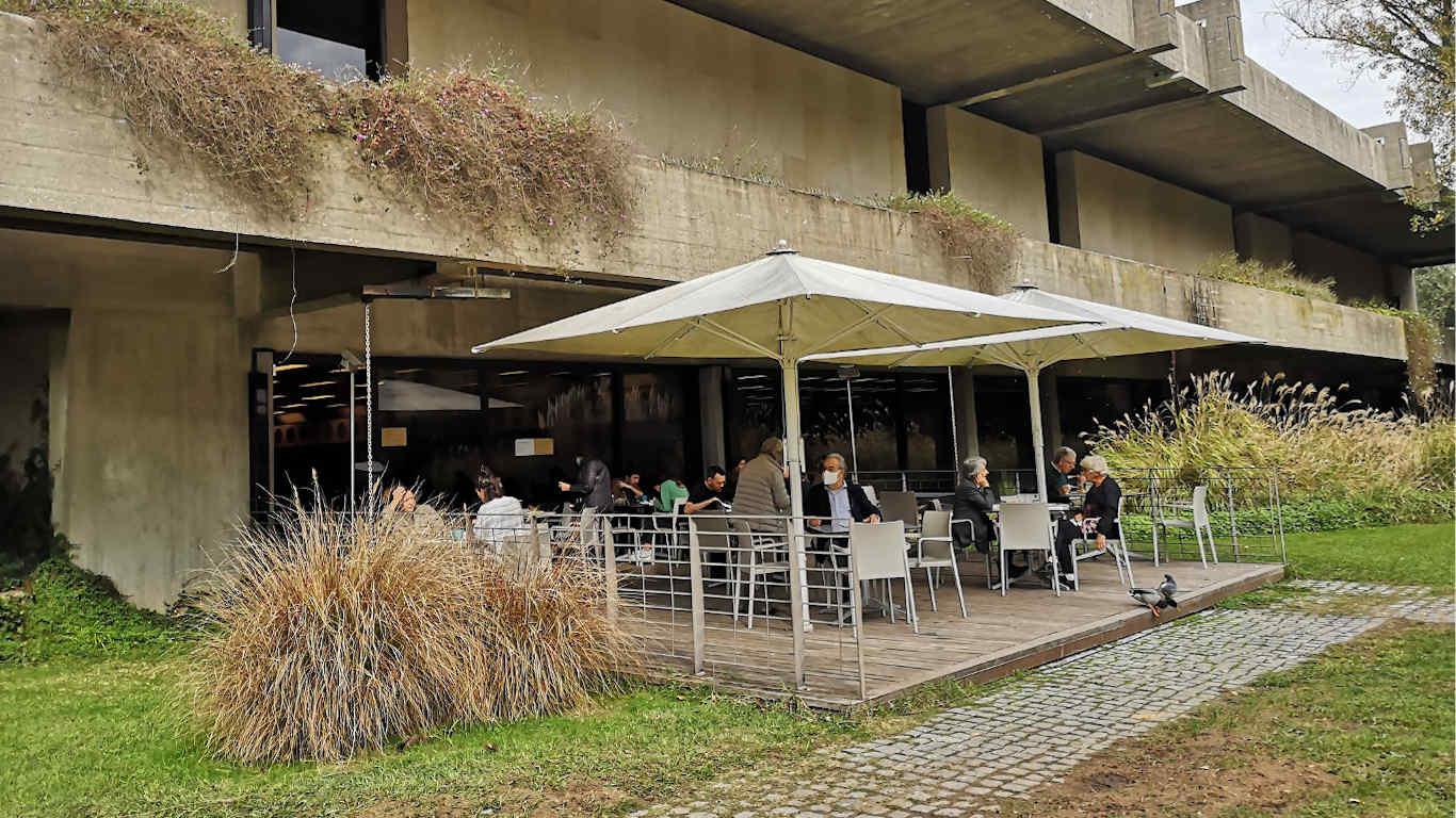 Esplanada Cafeteria Museu Gulbenkian com pessoas sentadas com e sem máscara