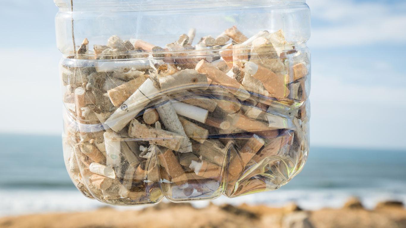 Imagem de um garrafão de plástico cheio de beatas de cigarro.