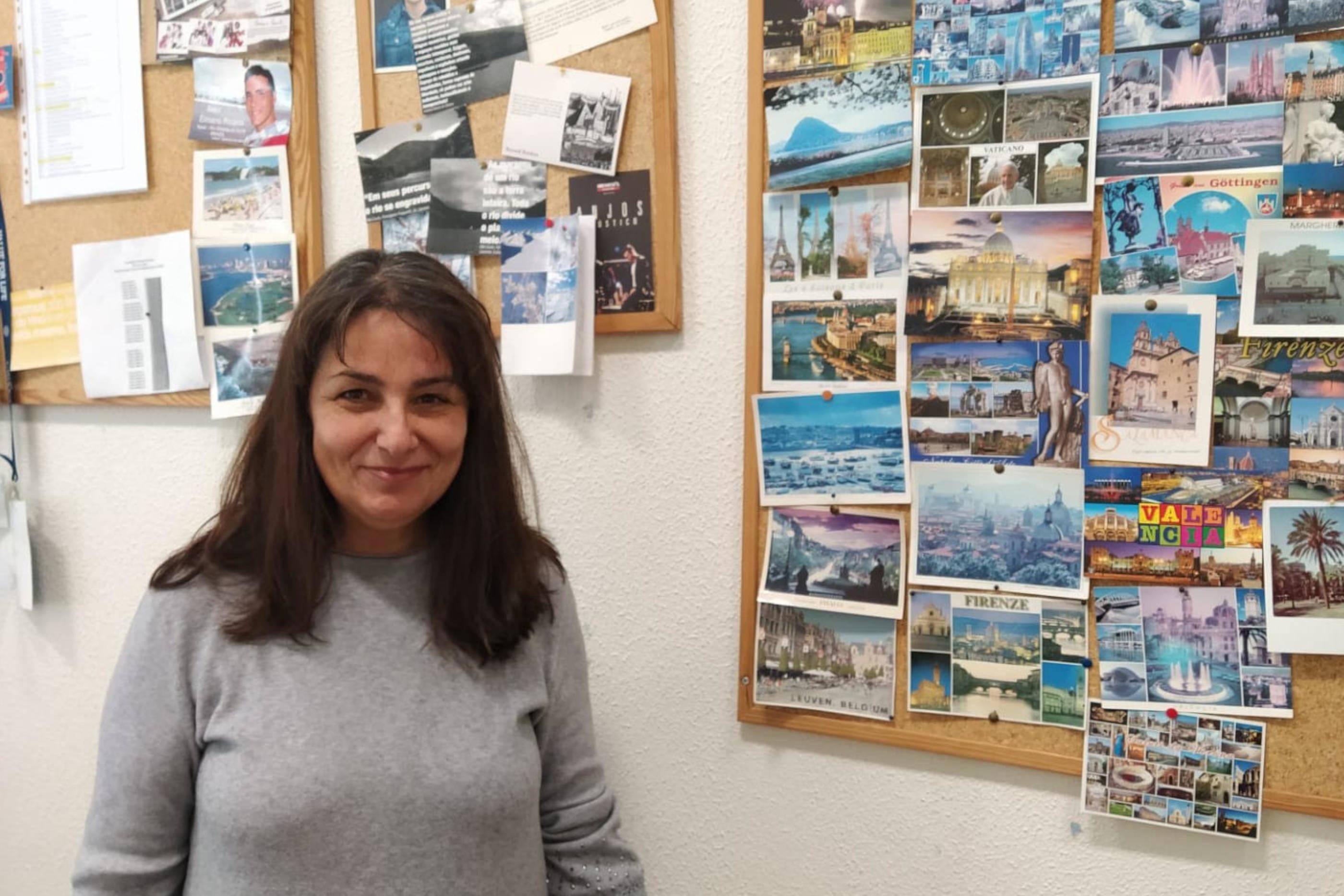 Imagem da Drª Clementina Santos a sorrir no gabinete de Relações Internacionais
