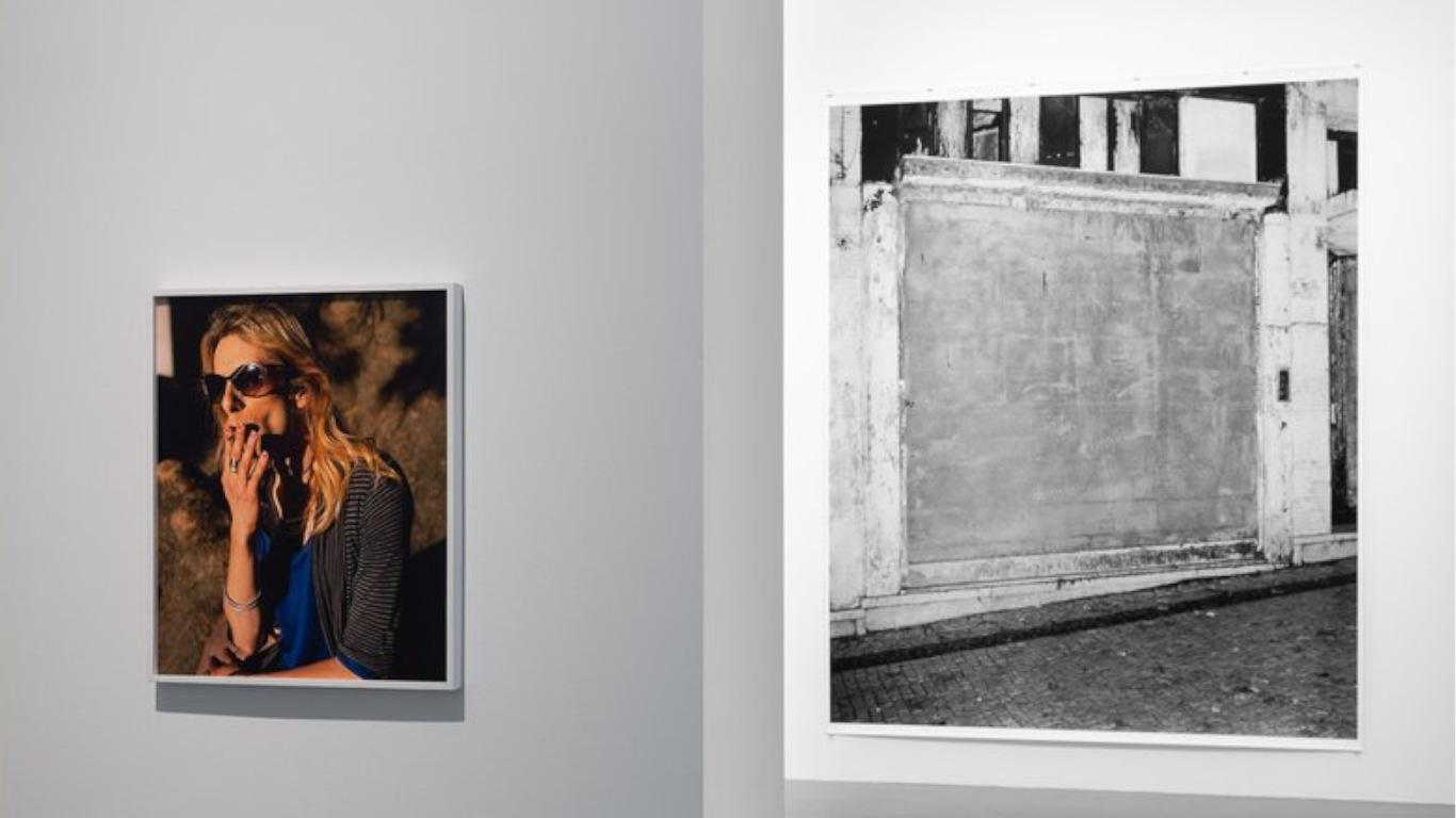 """Duas fotografias das 80 do """"Ballad Of Today"""" expostas na parede, lado a lado, no Maat"""