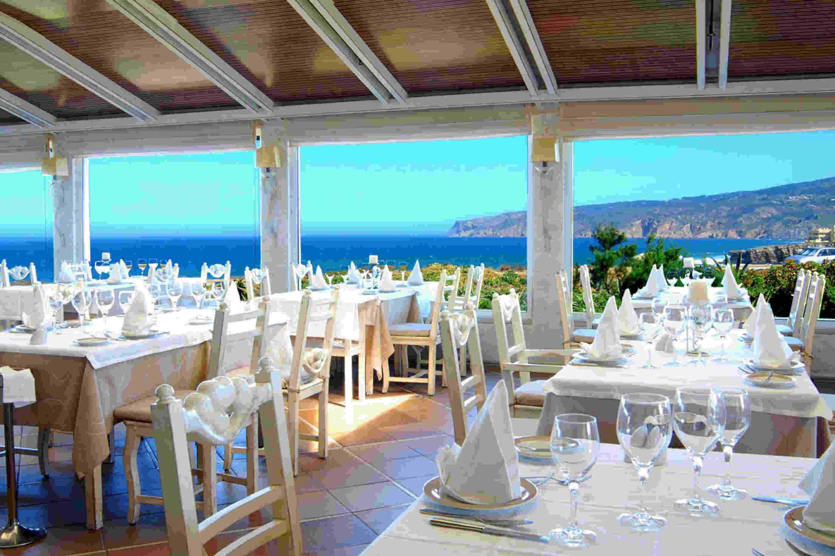 Esplanada de um restaurante tradicional com vista para o mar